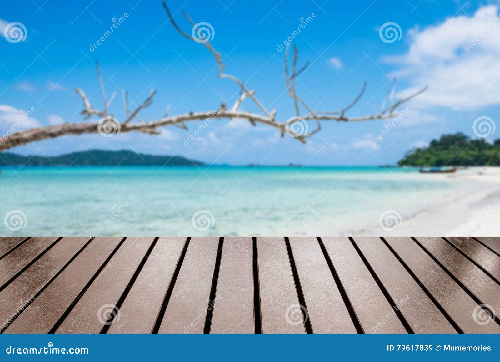 Tabela de madeira na praia do mar