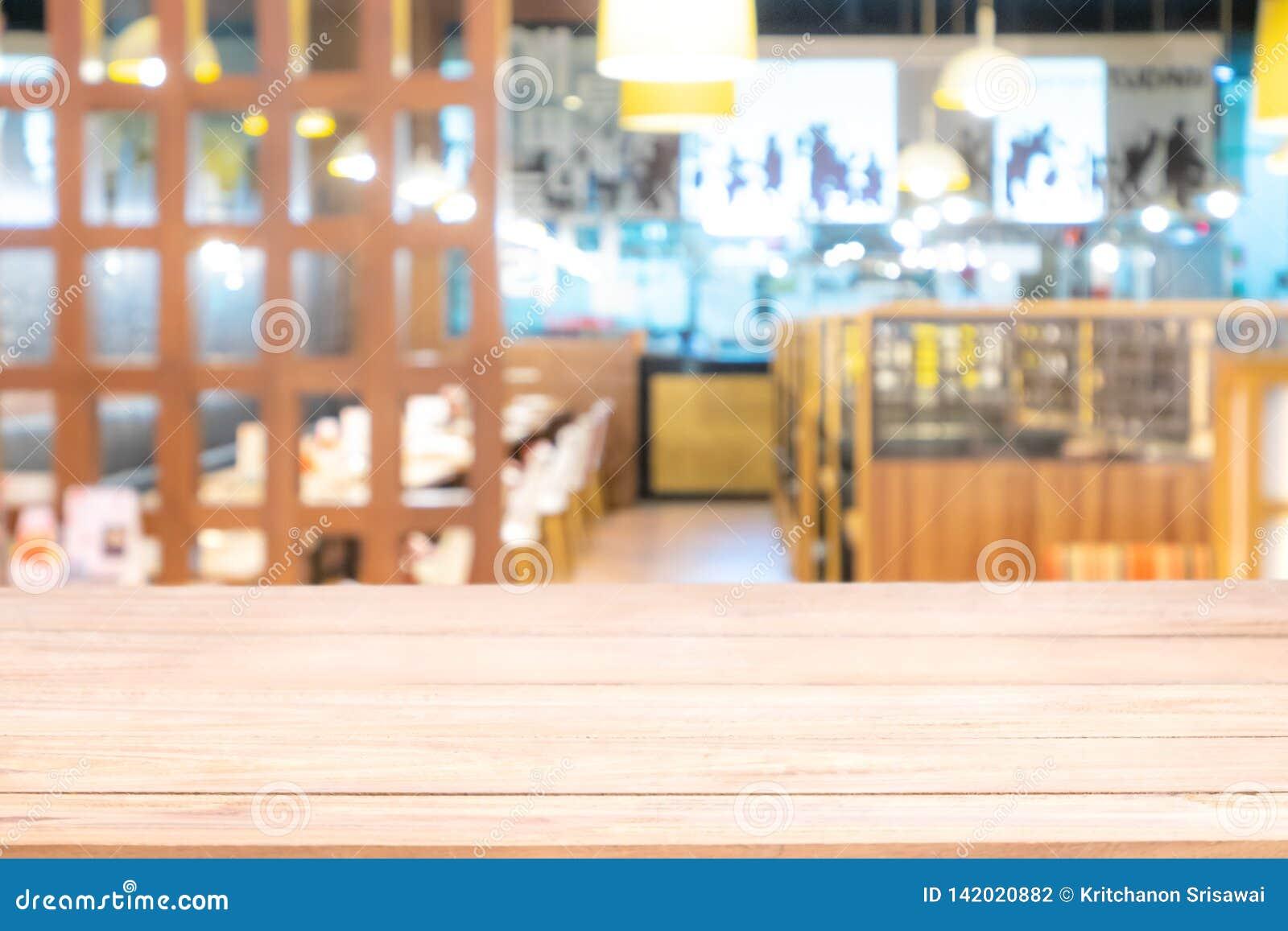 Tabela de madeira real com reflexão clara na cena no restaurante, no bar ou na barra na noite