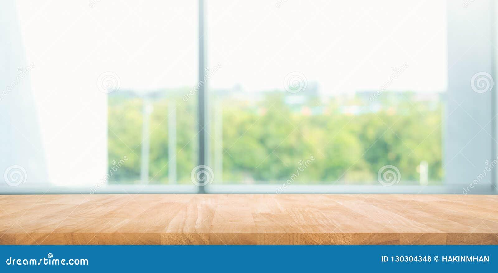 Tabela de madeira vazia com fundo da opinião da janela do borrão