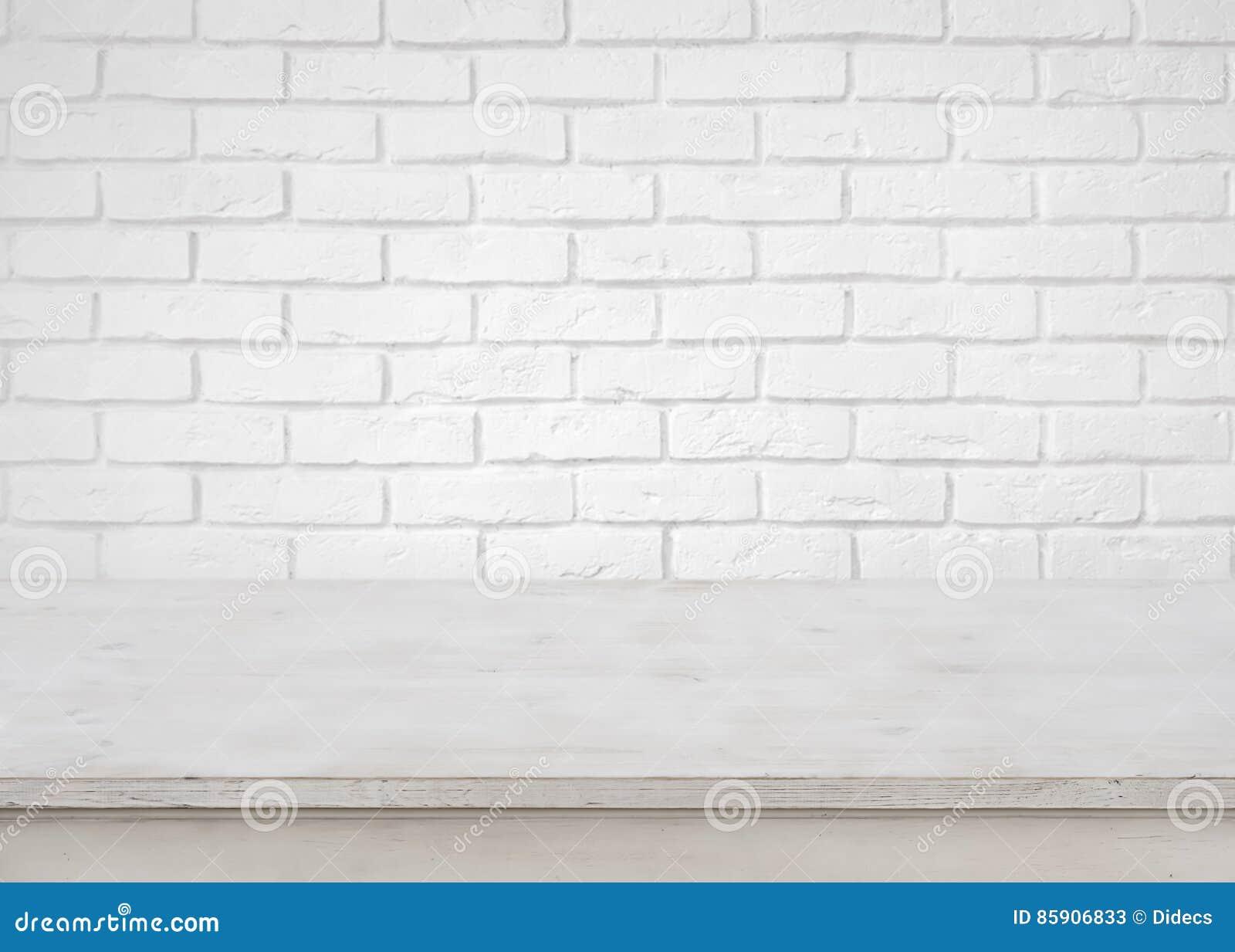 Tabela de madeira vazia do vintage em fundo branco defocused da parede de tijolo