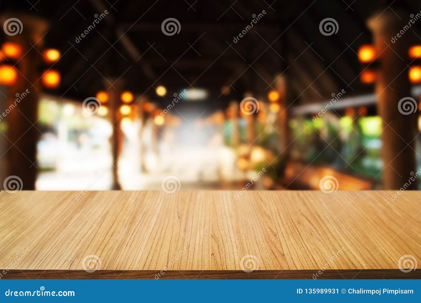 Tabela de madeira vazia na frente do fundo do sumário da montagem do borrão