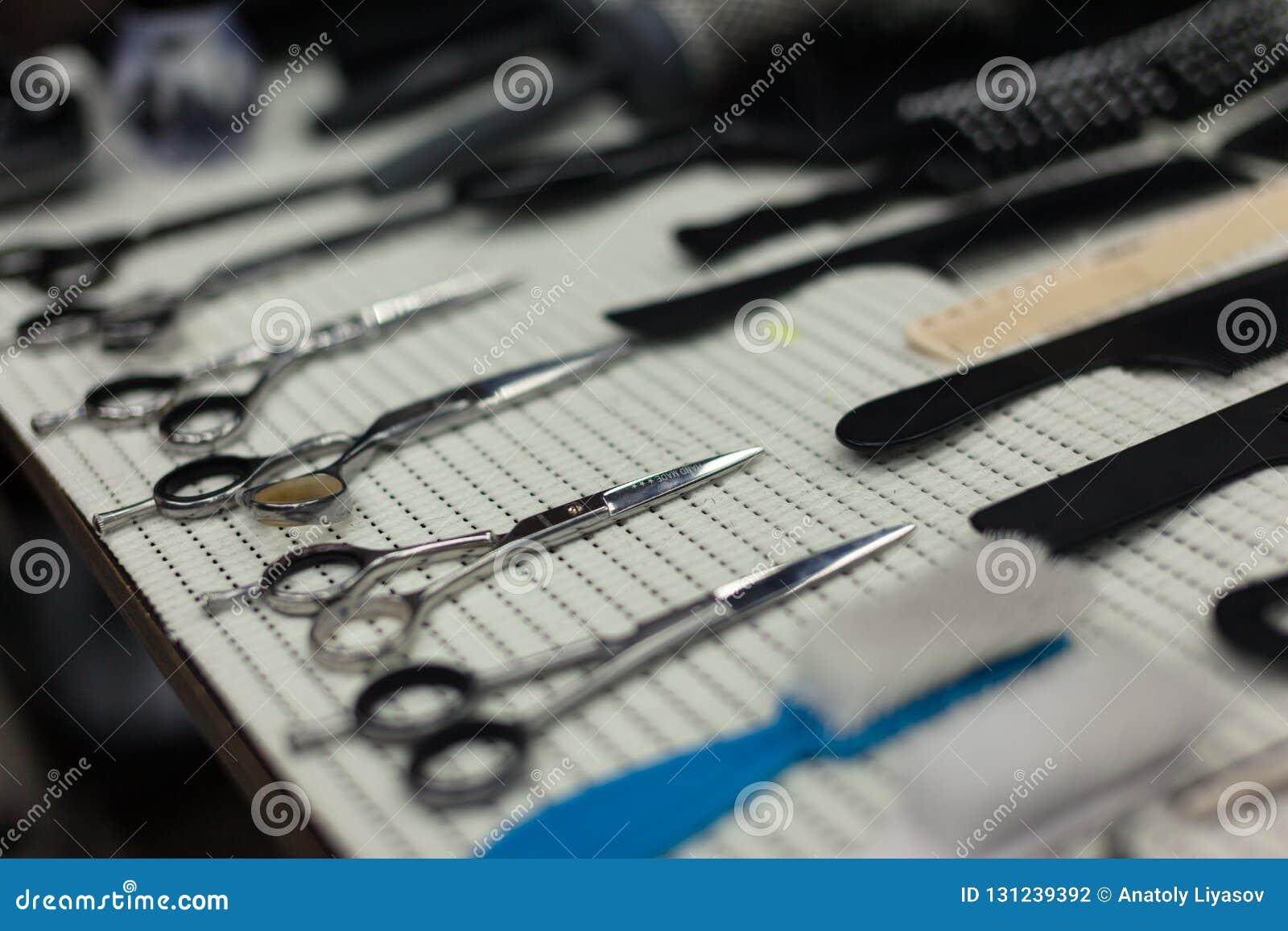 Tabela de trabalho do barbeiro com um grupo de tesouras