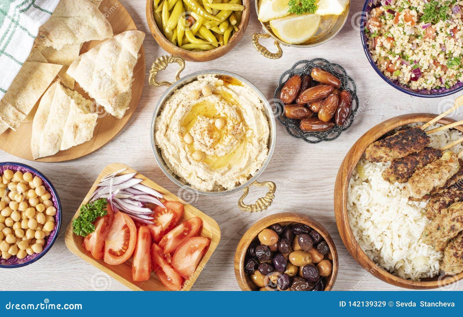 Tabela do alimento de Iftar Refeição de noite para a ramadã Culinária árabe Almoço tradicional do Oriente Médio Classificado de p