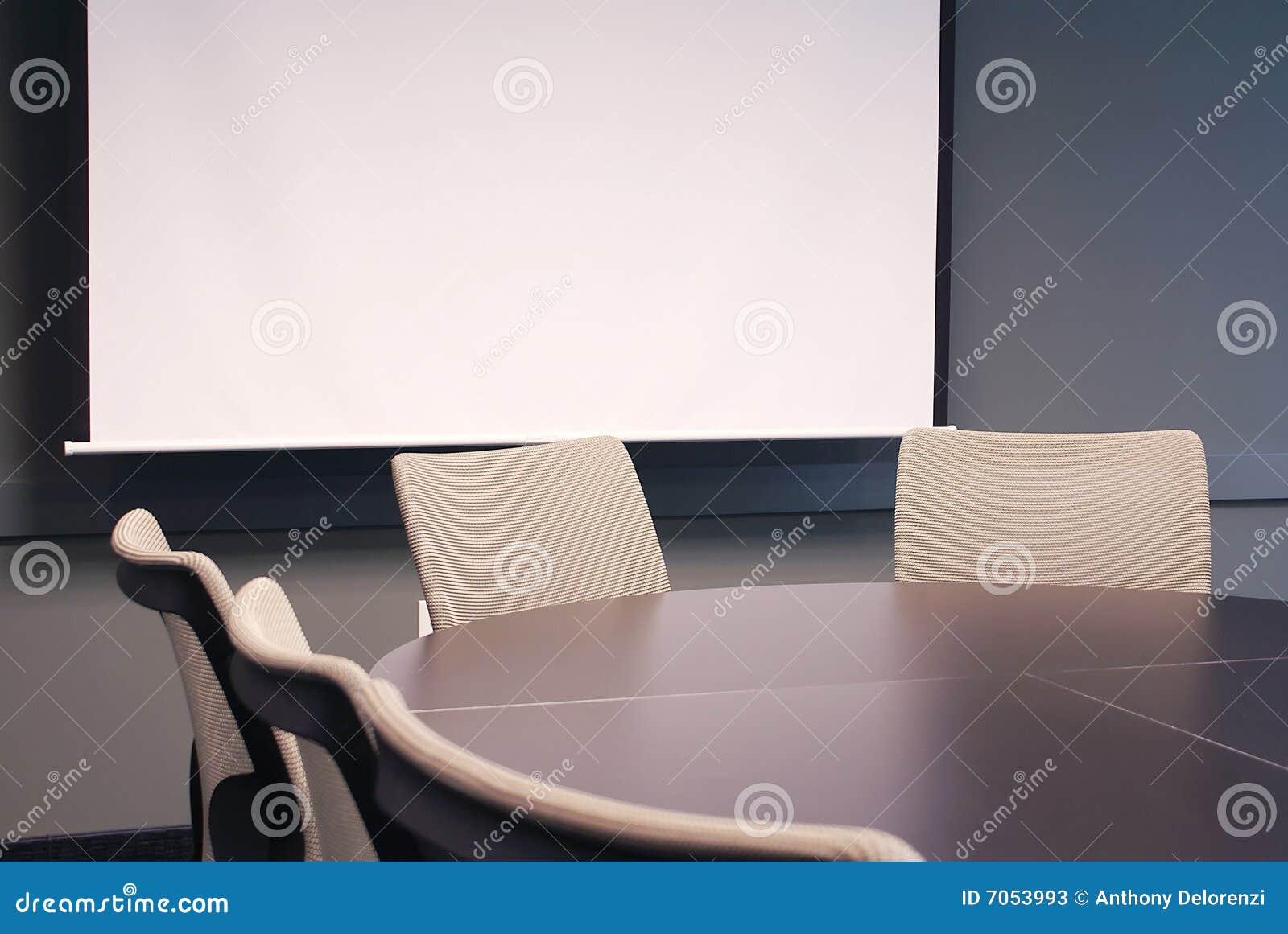 Tabela do escritório com cadeiras.