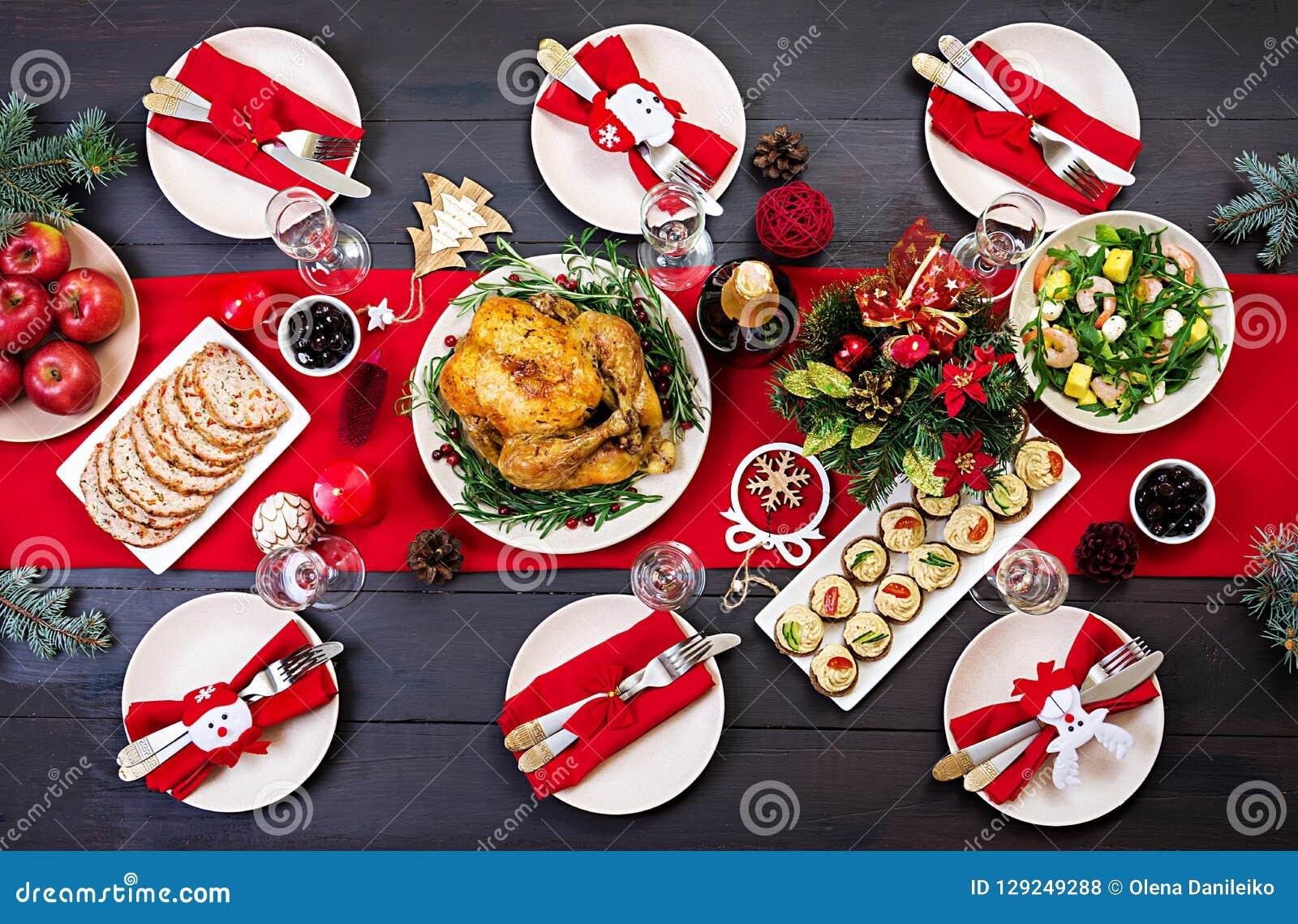 A tabela do Natal é servida com um peru, decorado com ouropel brilhante