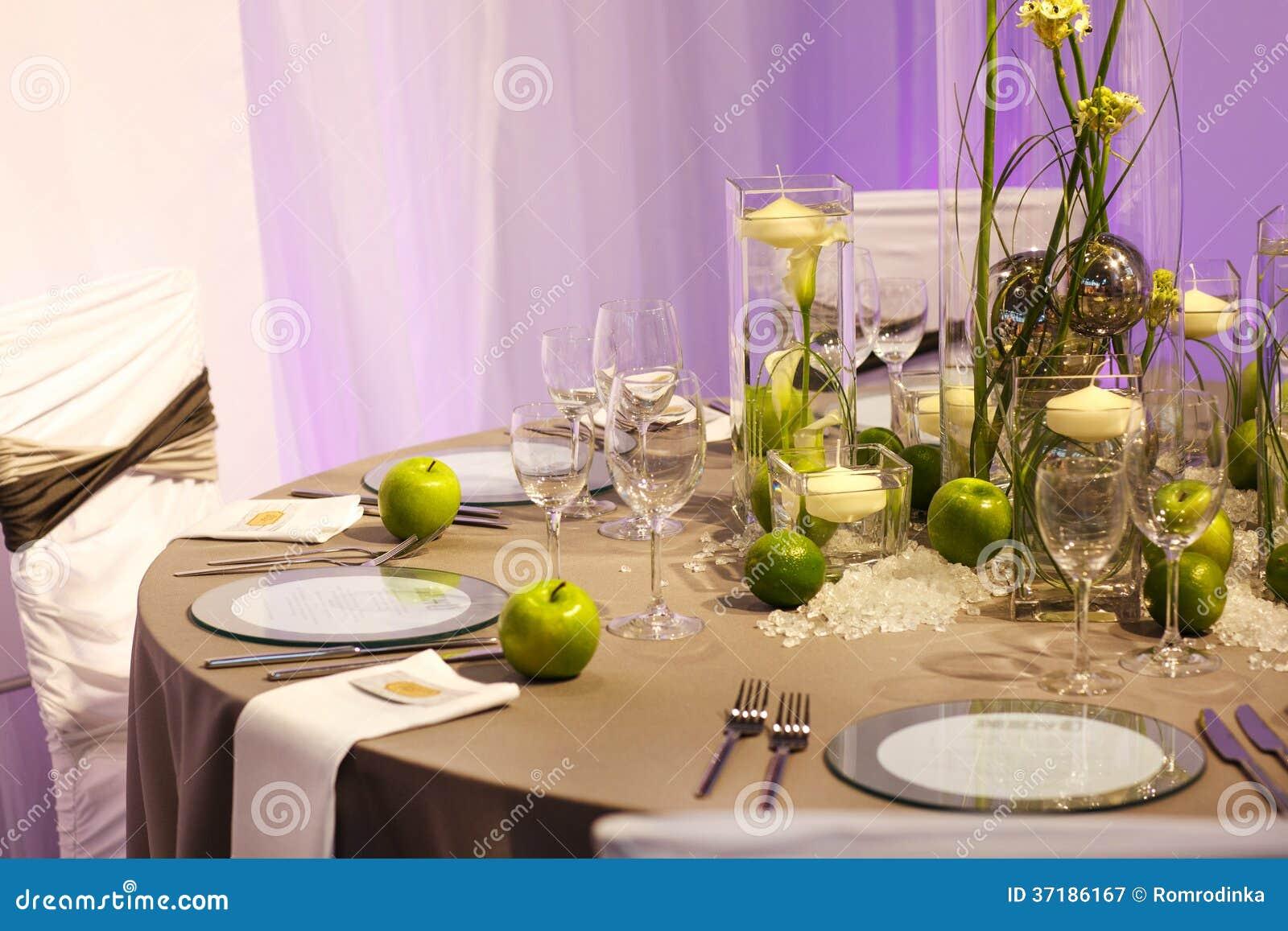 A tabela elegante ajustou-se em verde e em branco para o partido do casamento ou do evento.
