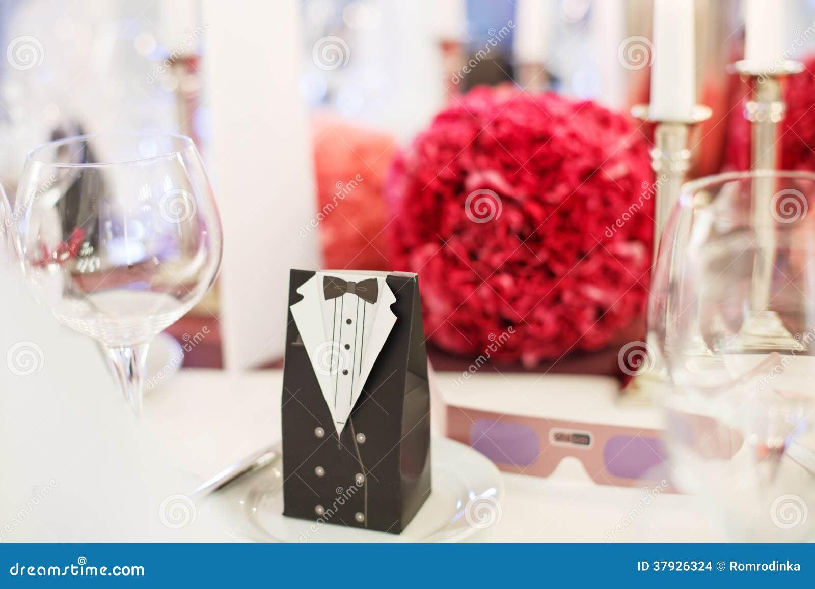 A tabela elegante ajustou-se para o partido do casamento ou do evento brandamente no vermelho e no pi