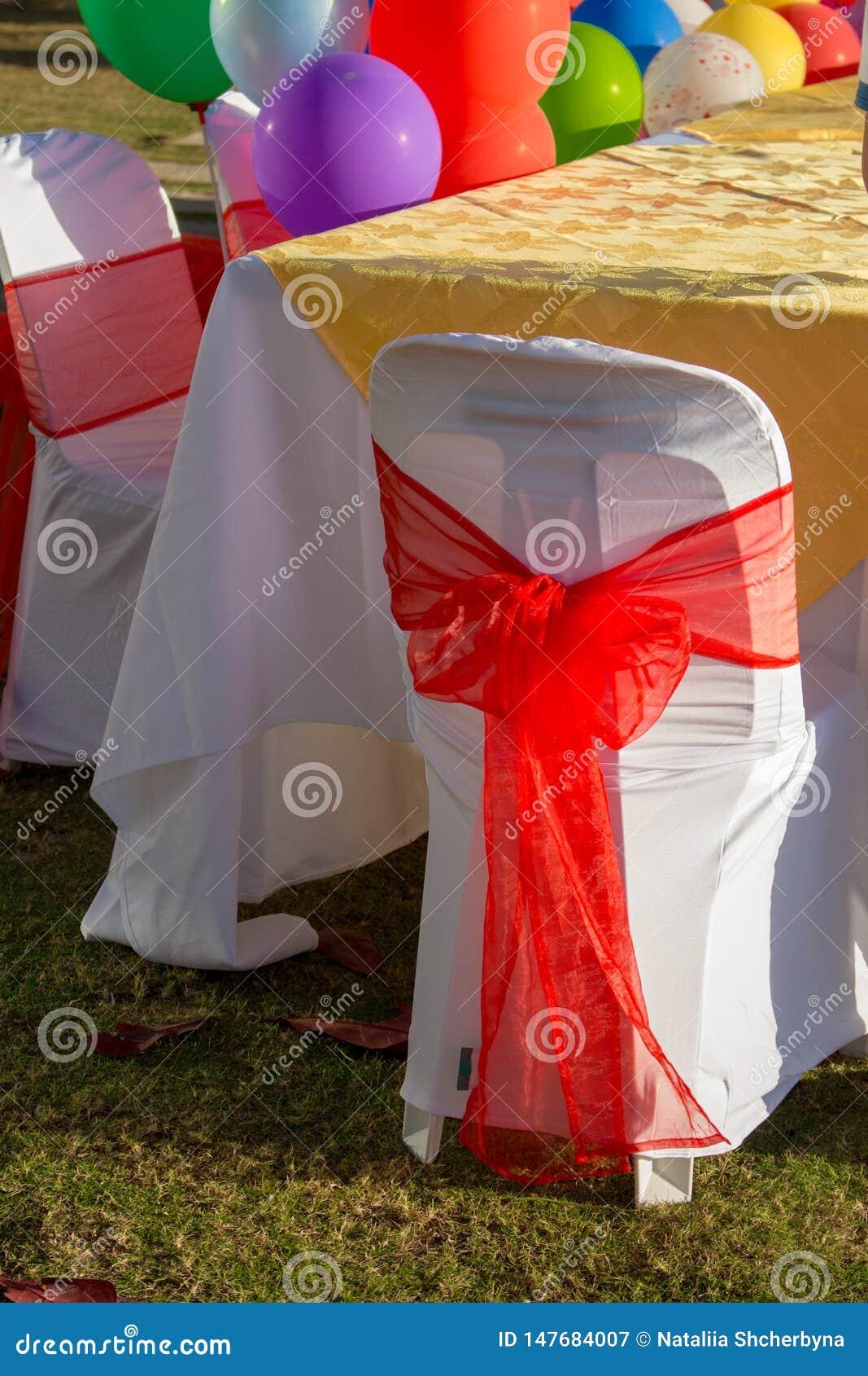Tabela festiva com balões coloridos Conceito da celebra??o do feliz aniversario Fundo do partido Prepara??o para a celebra??o