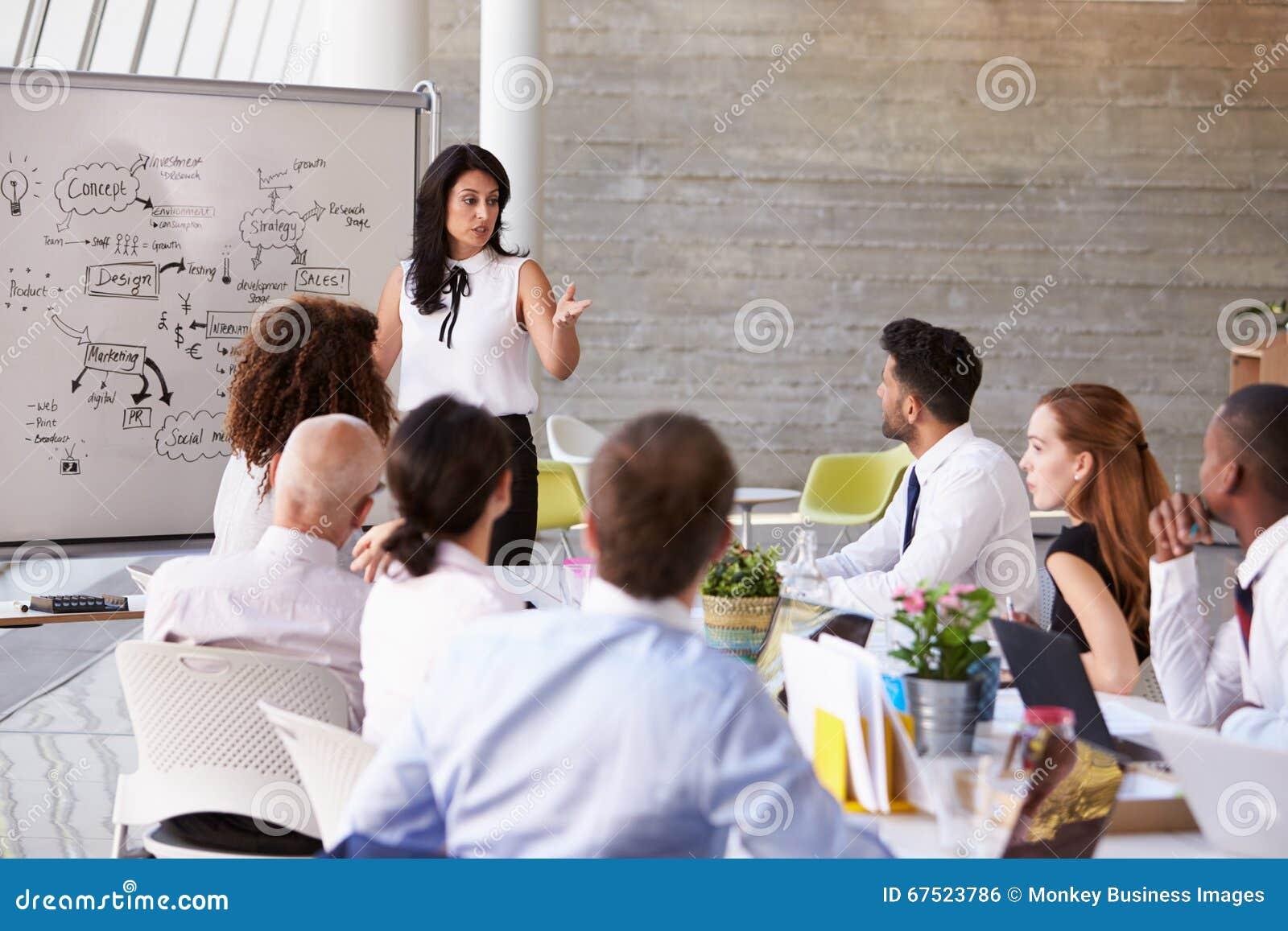 Tabela latino-americano da sala de reuniões de Leading Meeting At da mulher de negócios