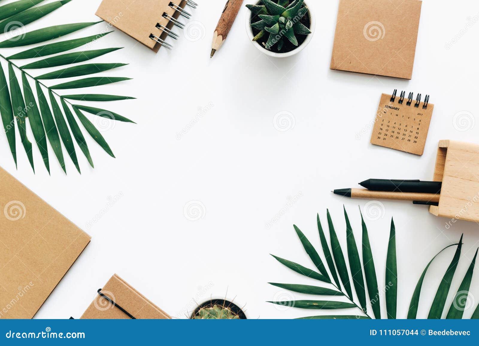 Tabela mínima da mesa de escritório com grupo, fontes e folhas de palmeira dos artigos de papelaria