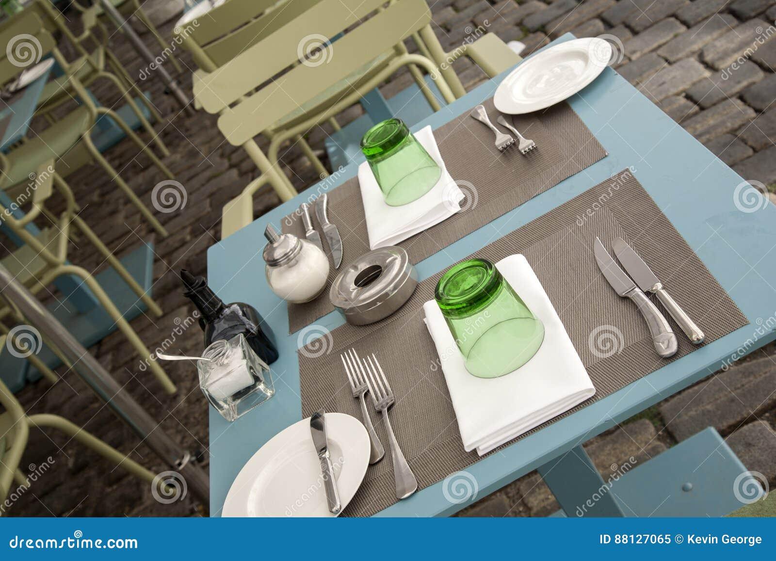Tabelas e cadeiras do café