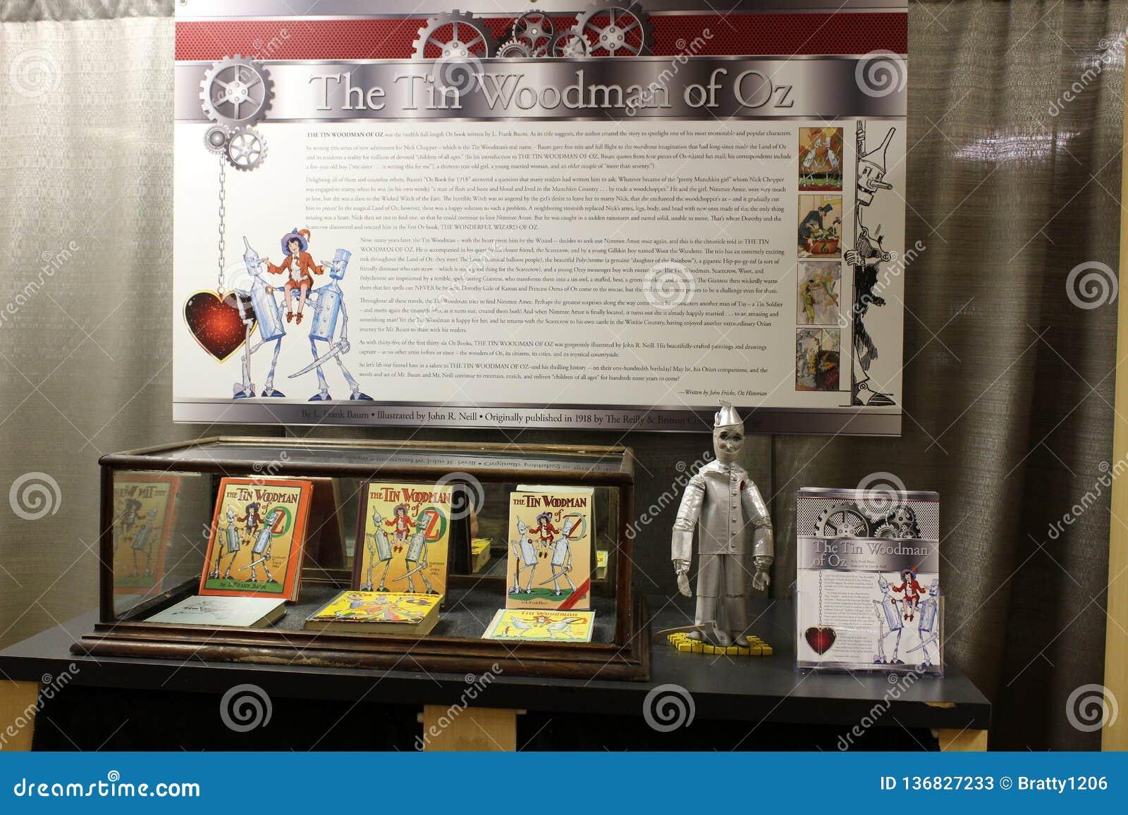 Tabelas, paredes e prateleiras indicando a coberta histórica mágico de Oz amado da recordação, todo o museu da onça das coisas, C