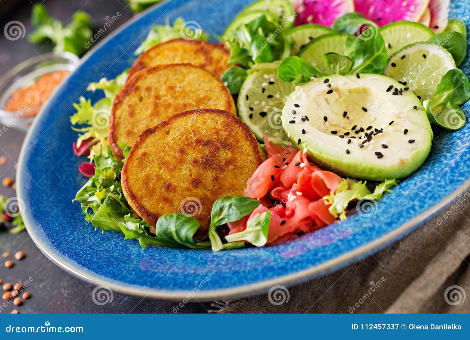 Tabell för mat för matställe för strikt vegetarianbuddha bunke Sund strikt vegetarianlunchbunke Struva med linser och rädisan, av