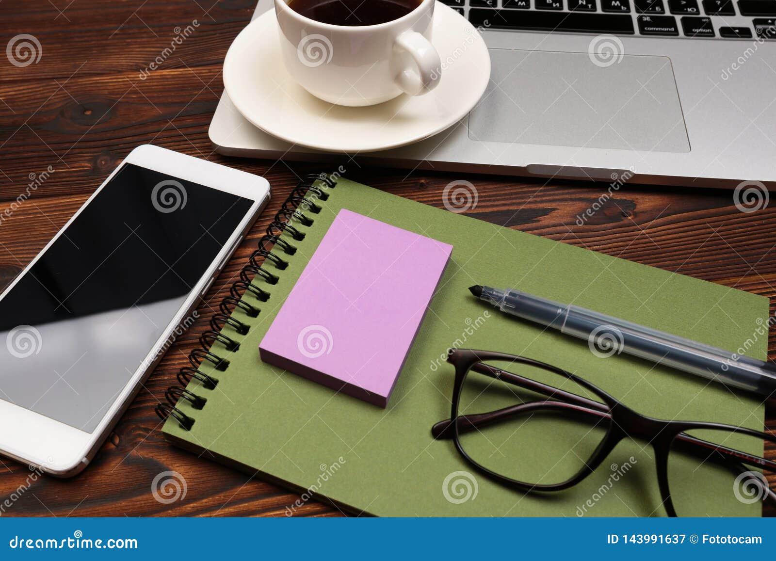 Tabell f?r kontorsskrivbord med tillf?rsel Aff?rsarbetsplats och objekt f?r l?genhet lekmanna- Top besk?dar Kopiera utrymme f?r t