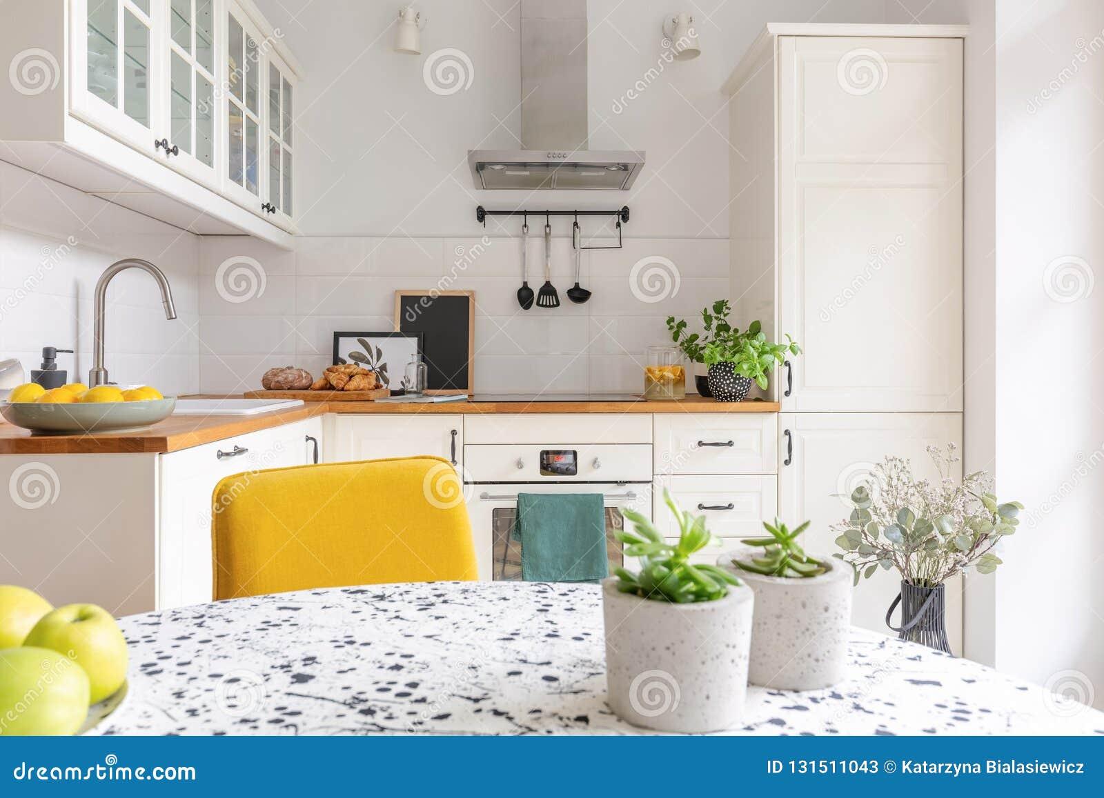 Tabell i den stilfulla vita kökinre, verkligt foto