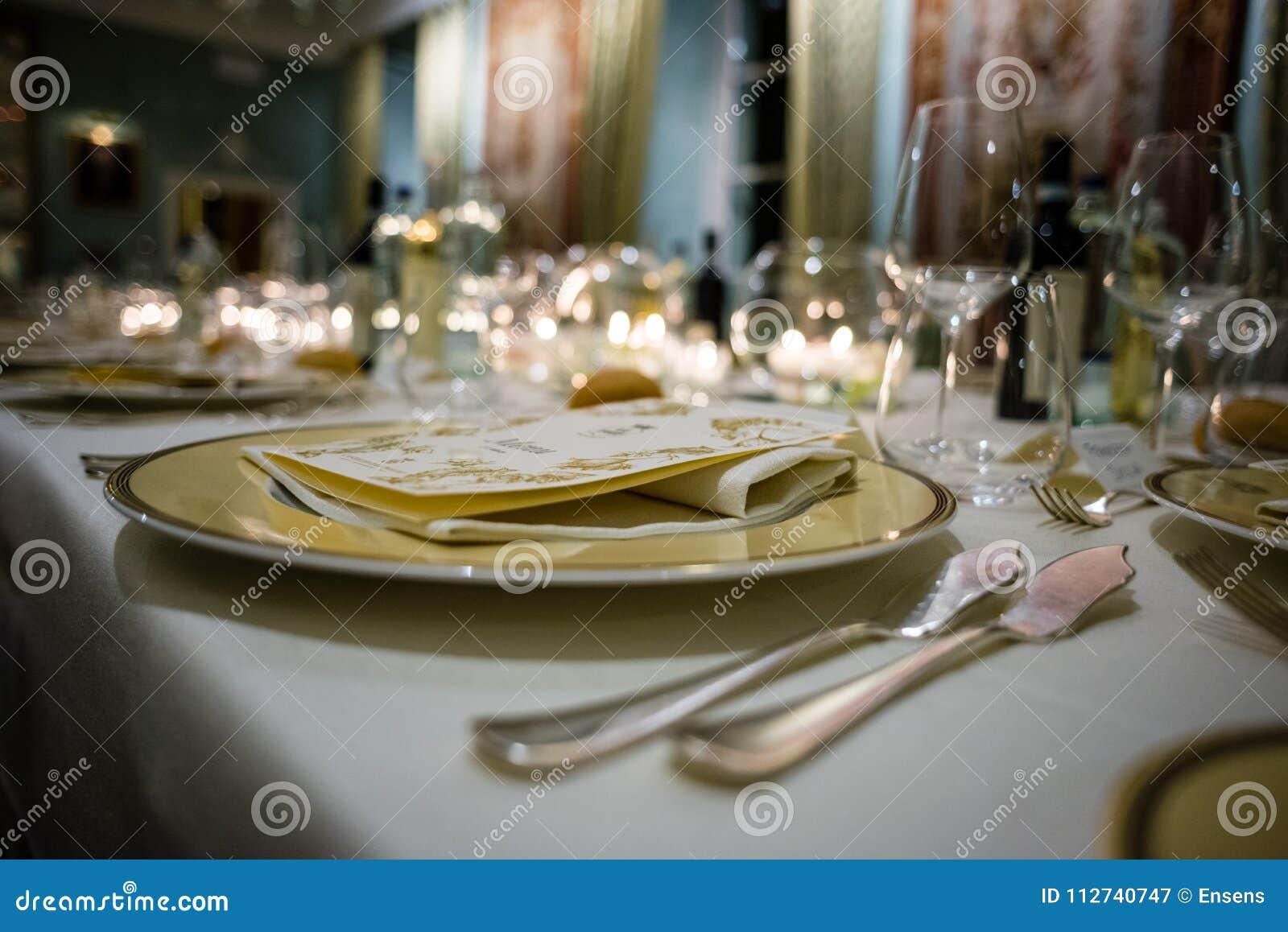 Tabell i en lyxig restaurang, uppsättning för en galamiddag
