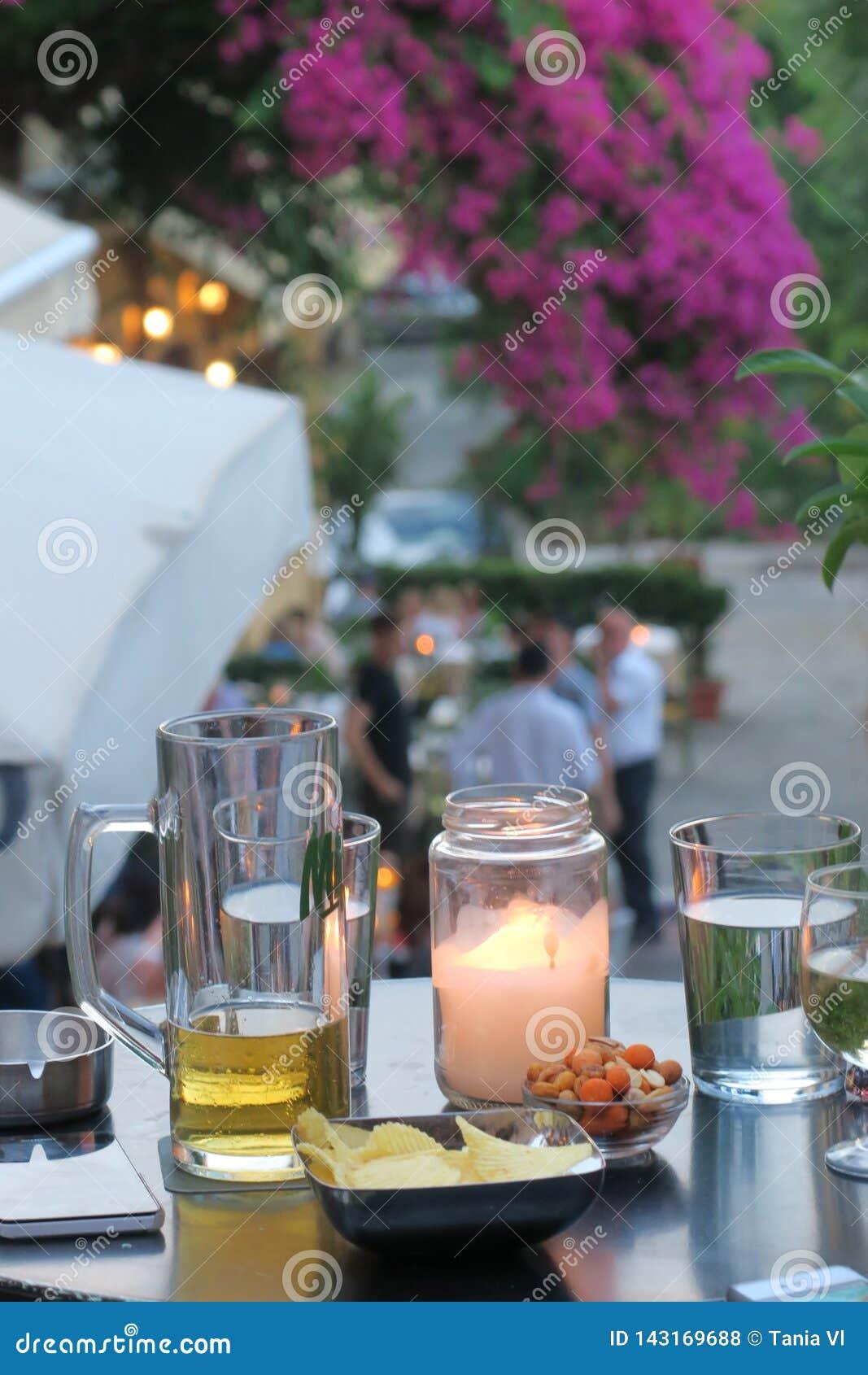 Tabell med drinkar och mellanmål och en stearinljus