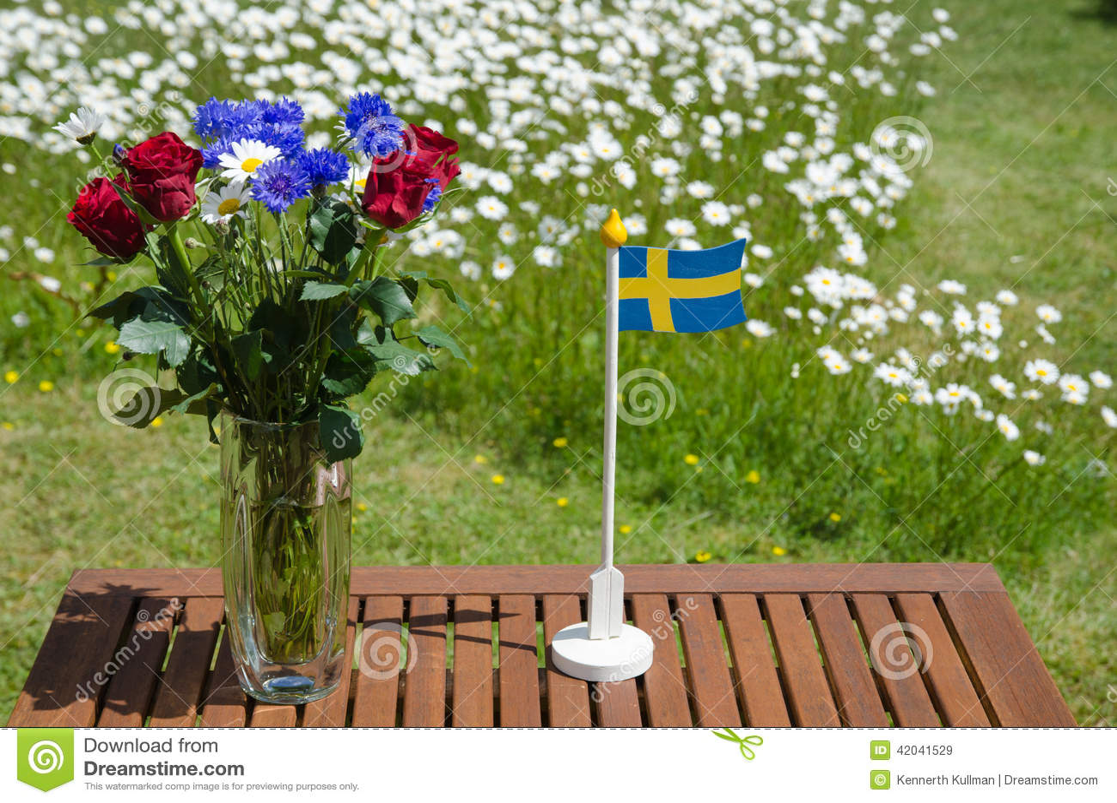 Tabell Med Sommarblommor Och En Svensk Flagga Fotografering För