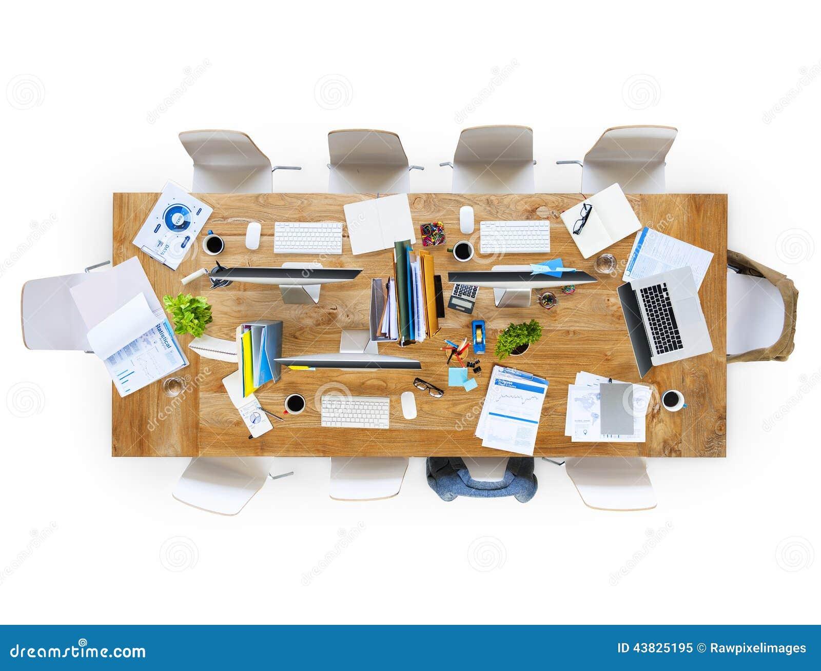 Tabella Dell'ufficio Con Le Attrezzature E Le Sedie ...