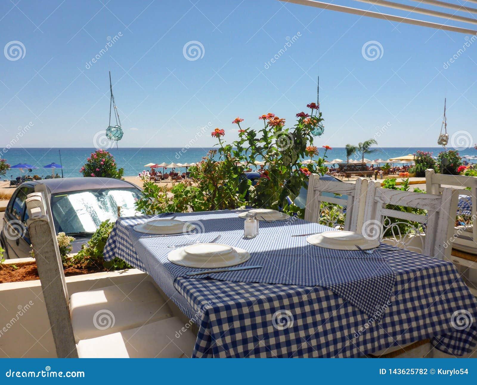 Tabella nella locanda vicino alla bella spiaggia di Skala dell isola di Kefalonia, mare ionico, Grecia