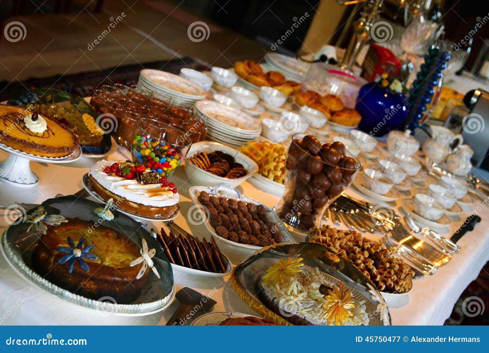 Tabella in pieno di alimento delizioso