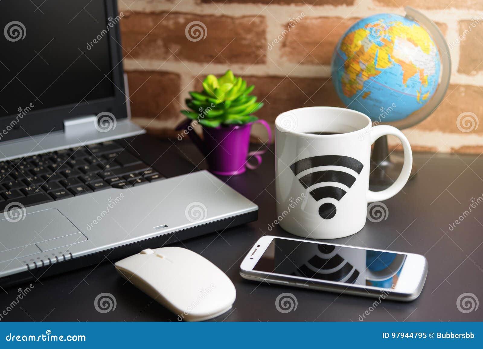 Tabelle Des Büromaterial Geschäftsmannes Mit Laptop, Drahtlose Maus ...