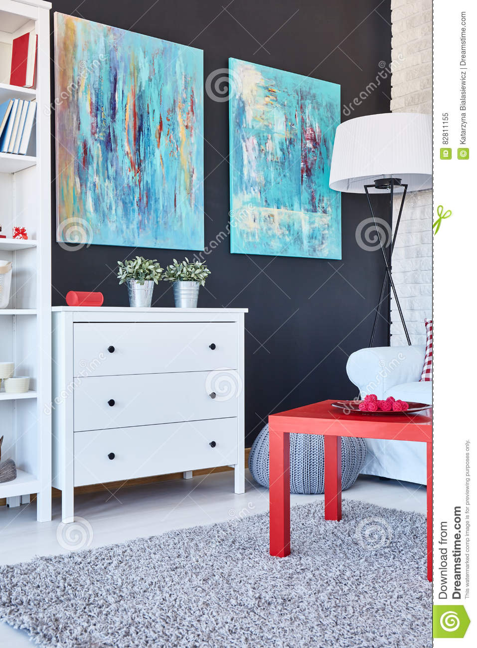 tabelle kommode und malereien in einem raum stockfoto. Black Bedroom Furniture Sets. Home Design Ideas