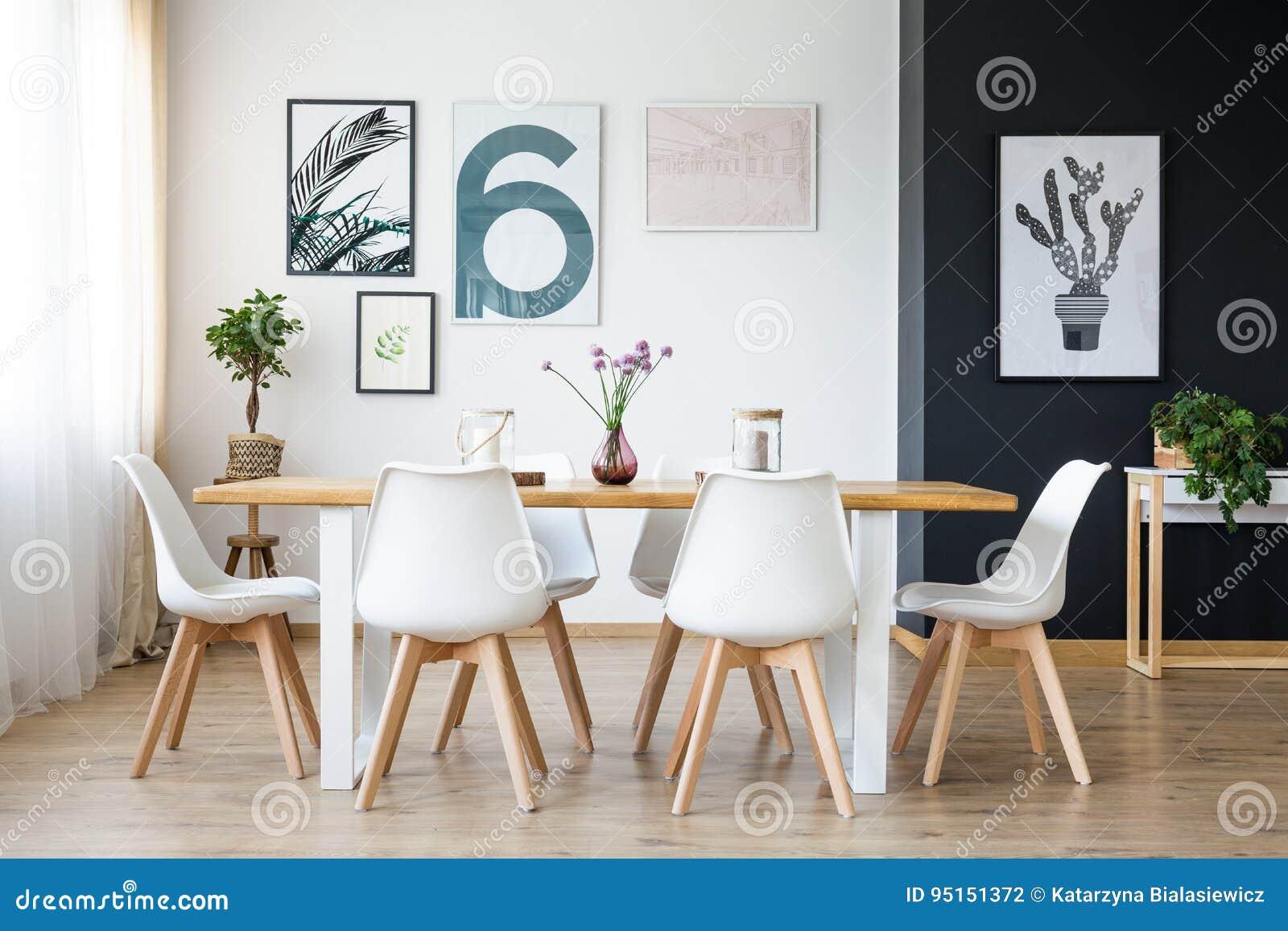 Tabelle mit Stühlen