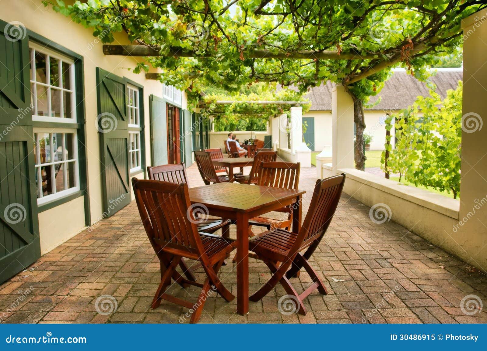 Tabelle sul terrazzo coperto dalla vite fotografia stock - Terrazzo coperto ...