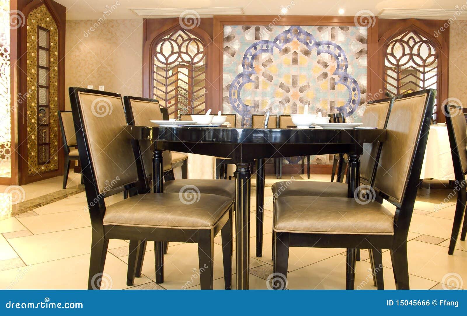 Tabelle und Stühle