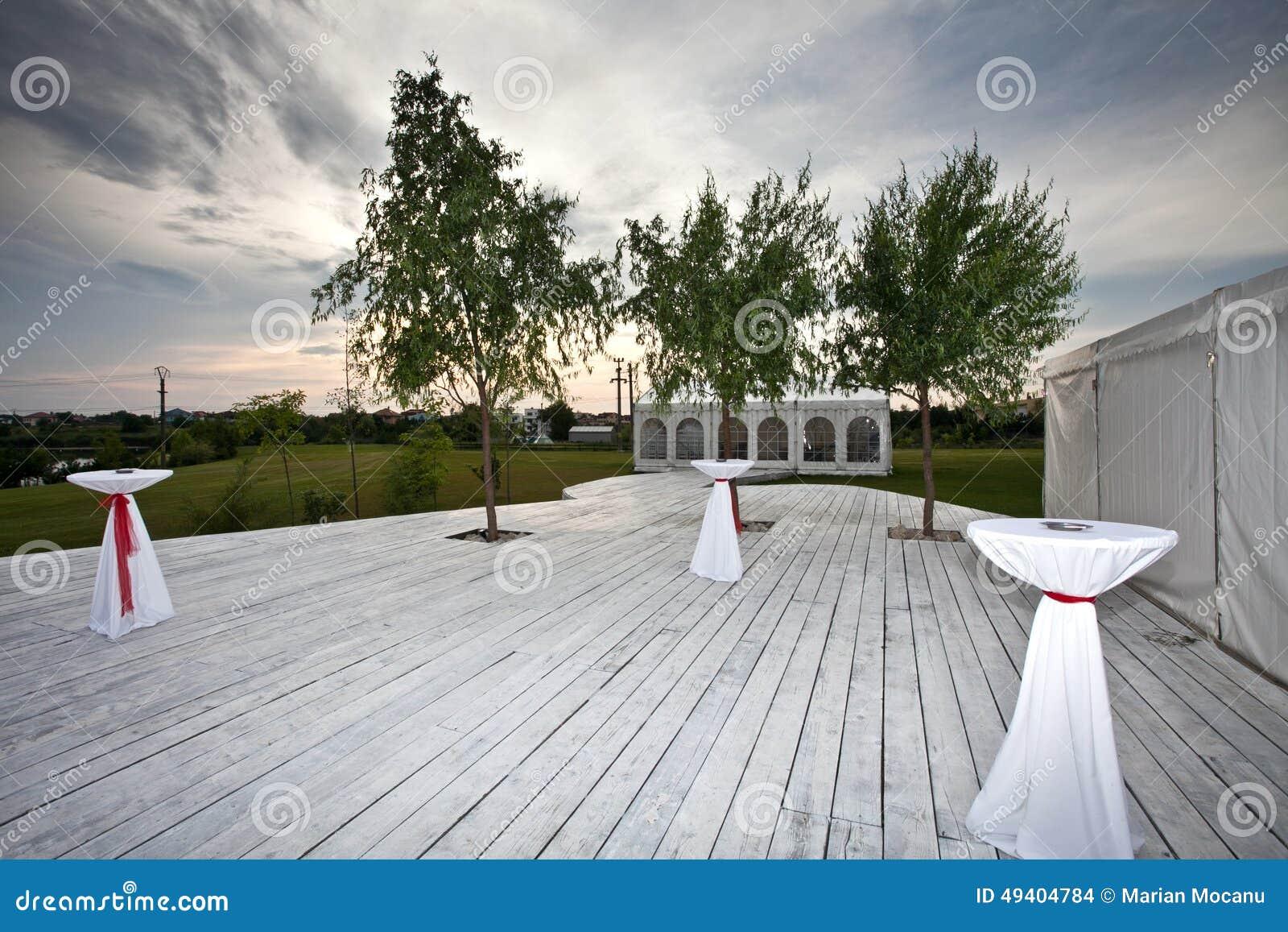 Download Tabellen Auf Terrasse Für Aufnahme Stockfoto - Bild von tabelle, aufnahme: 49404784