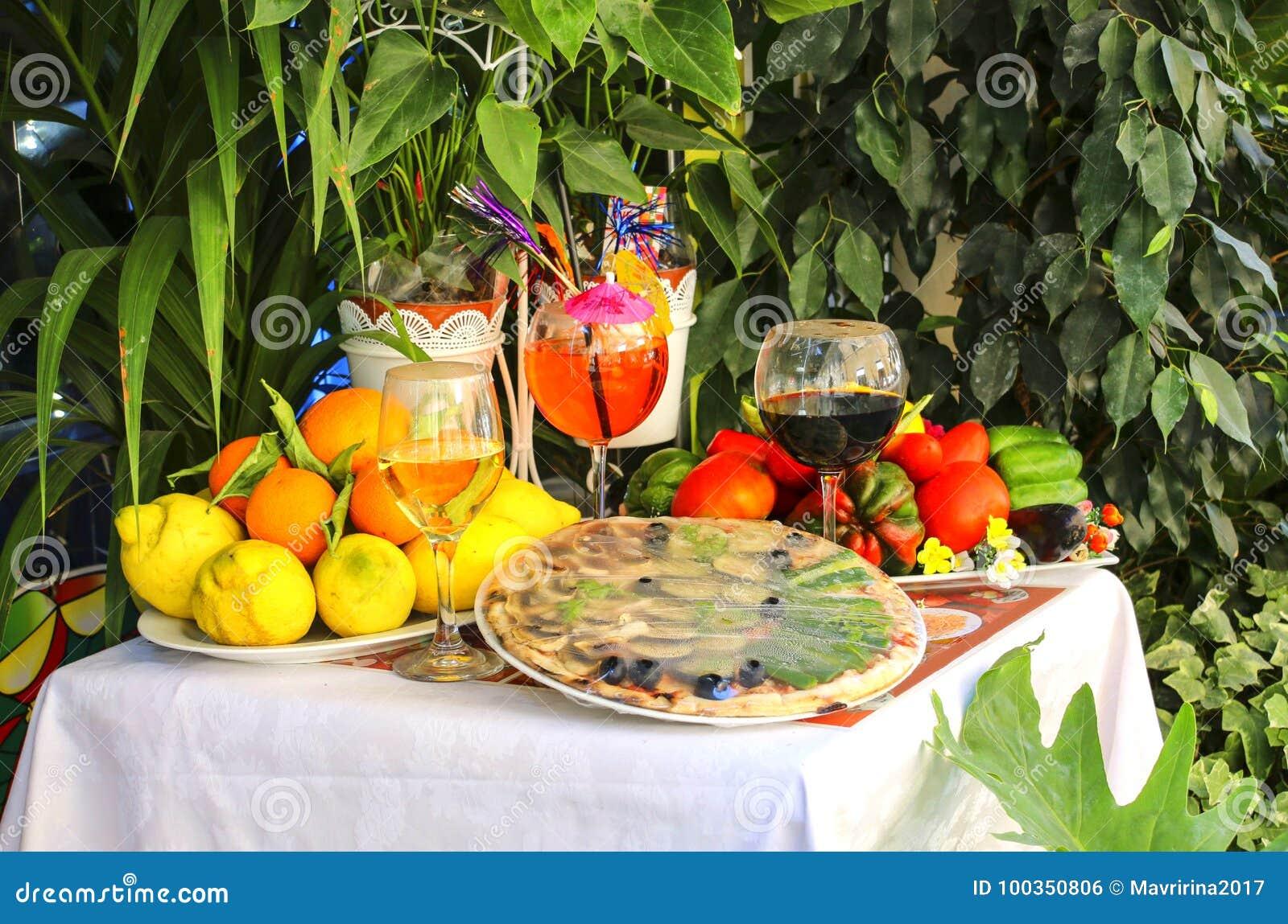 Tabellen dekorerade med traditionell italienare för pizza, för frukt och för vin