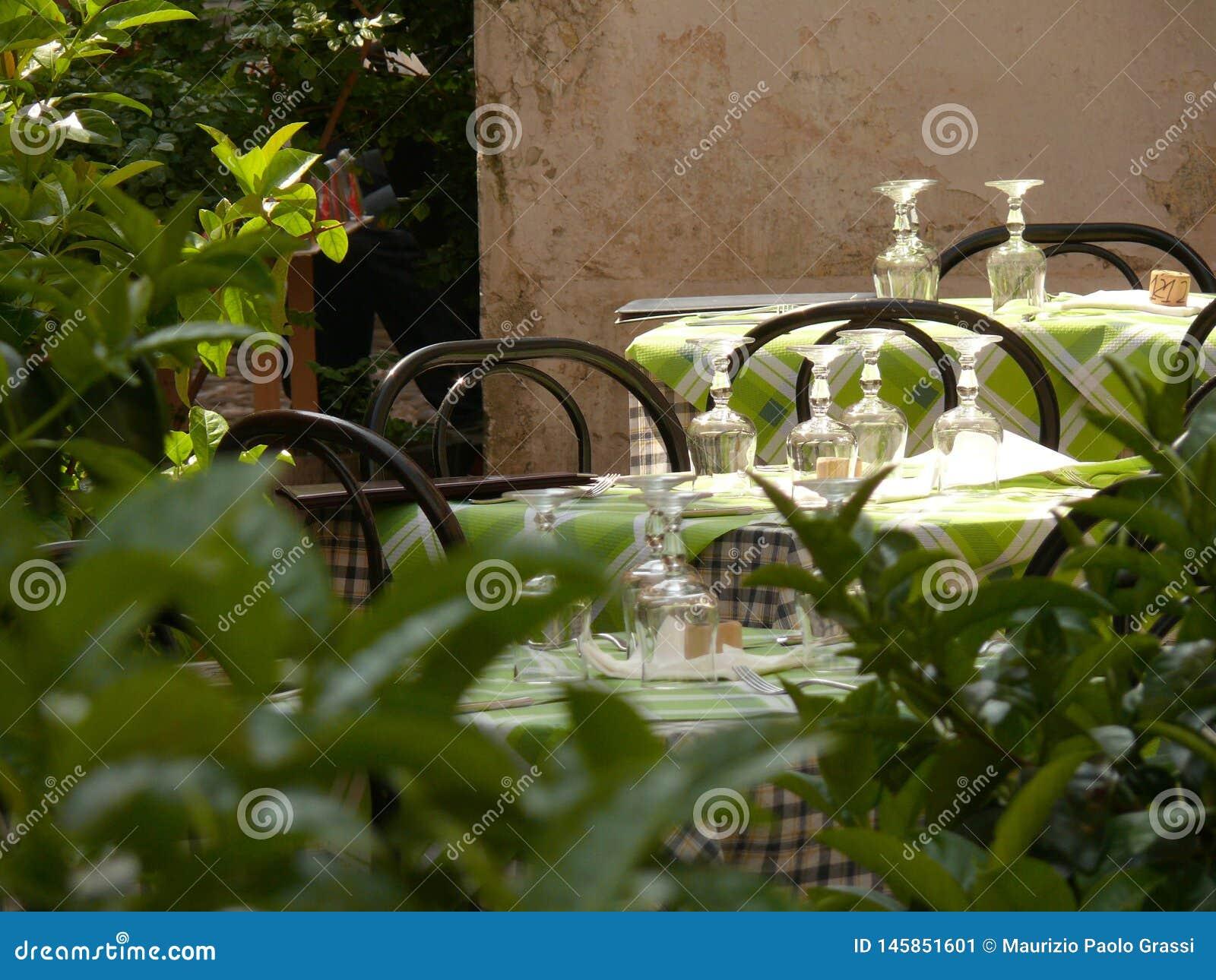 Tabellen eingestellt für das Mittagessen in einer typischen italienischen Taverne