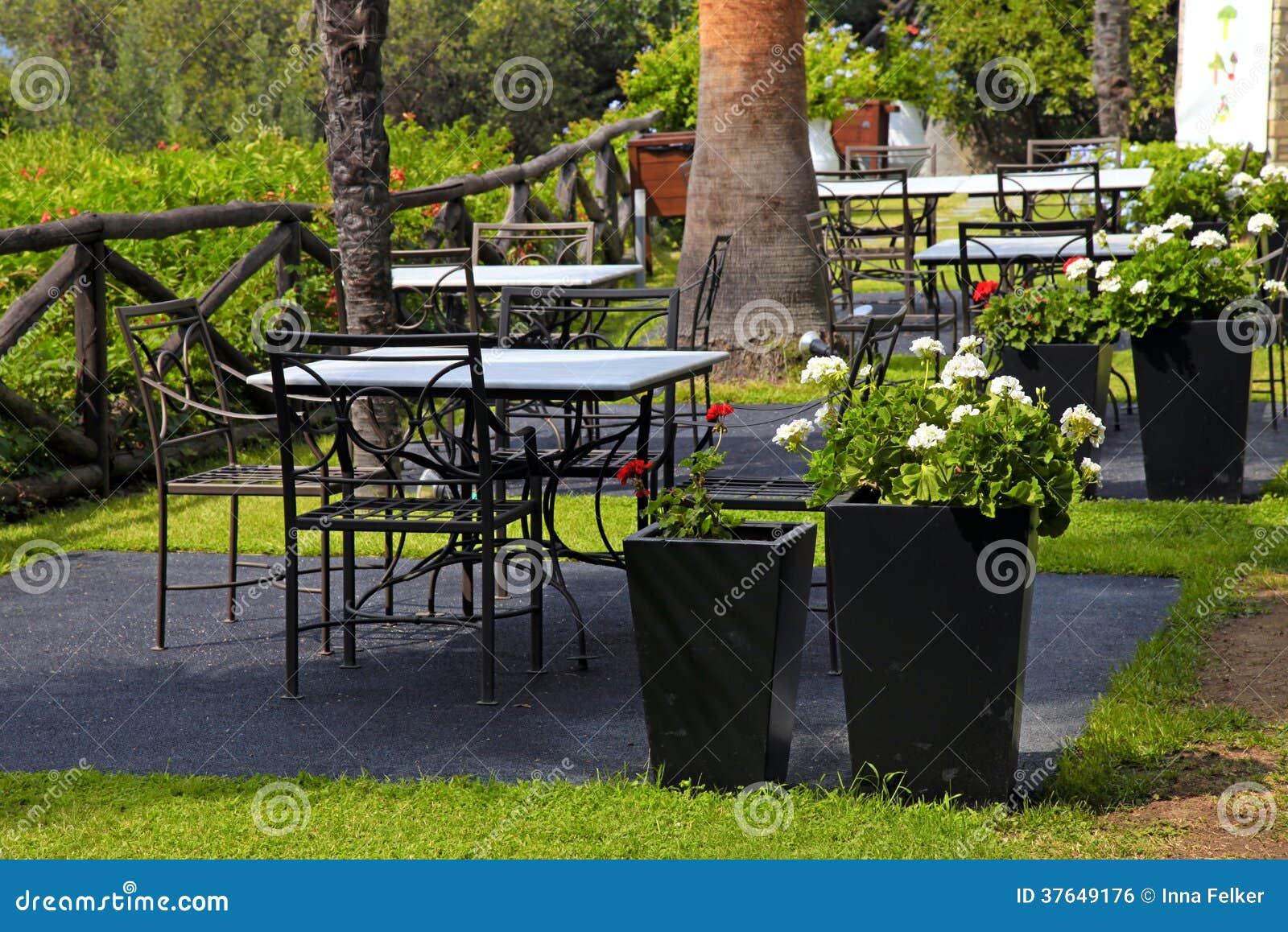 Download Tabellen, Eisenstühle Und Blumentöpfe Im Garten (Griechenland)  Stockfoto   Bild Von Gras