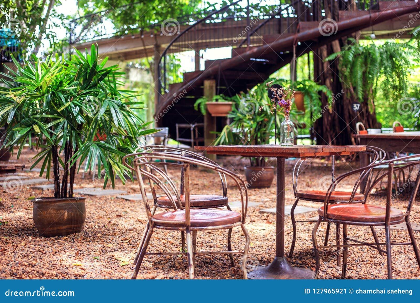 Tabellen och stol är utomhus- i coffee shop