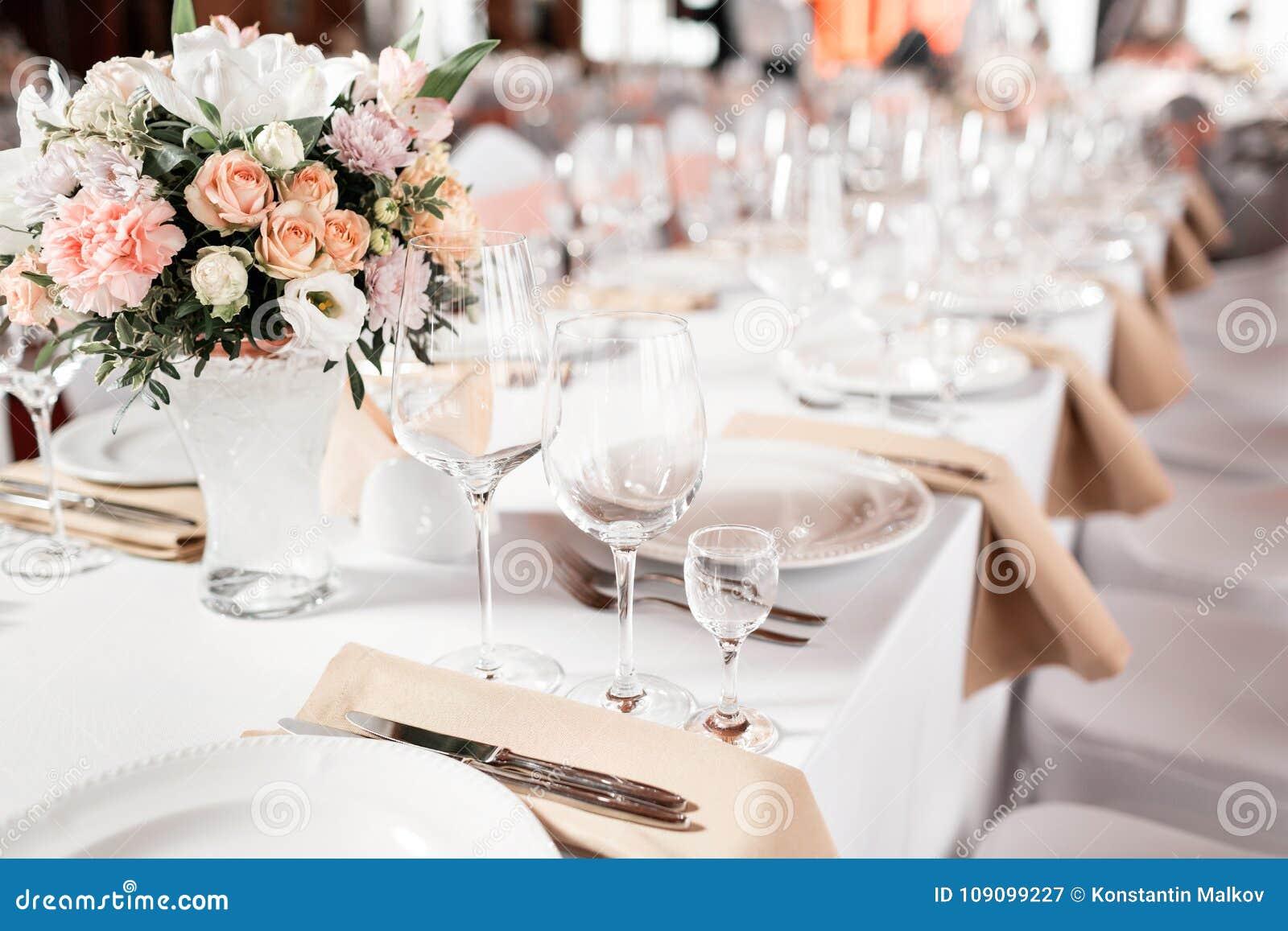 Tabellen stellten für eine Ereignispartei oder -Hochzeitsempfang ein Elegantes Gedeckluxusabendessen in einem Restaurant Gläser u