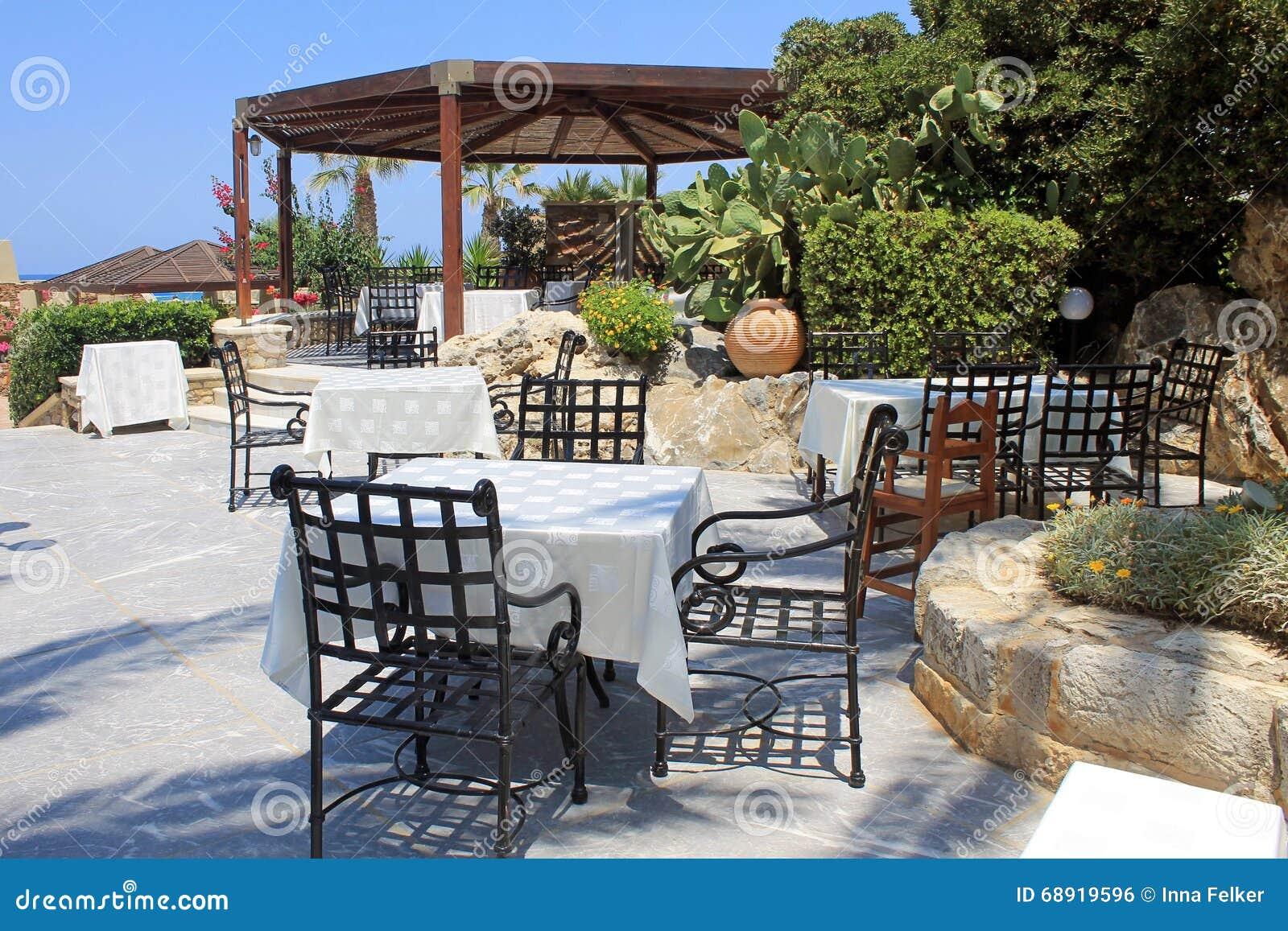 Tabellen Und Eisenstuhle Auf Terrasse Und Schonem Garten Kreta G