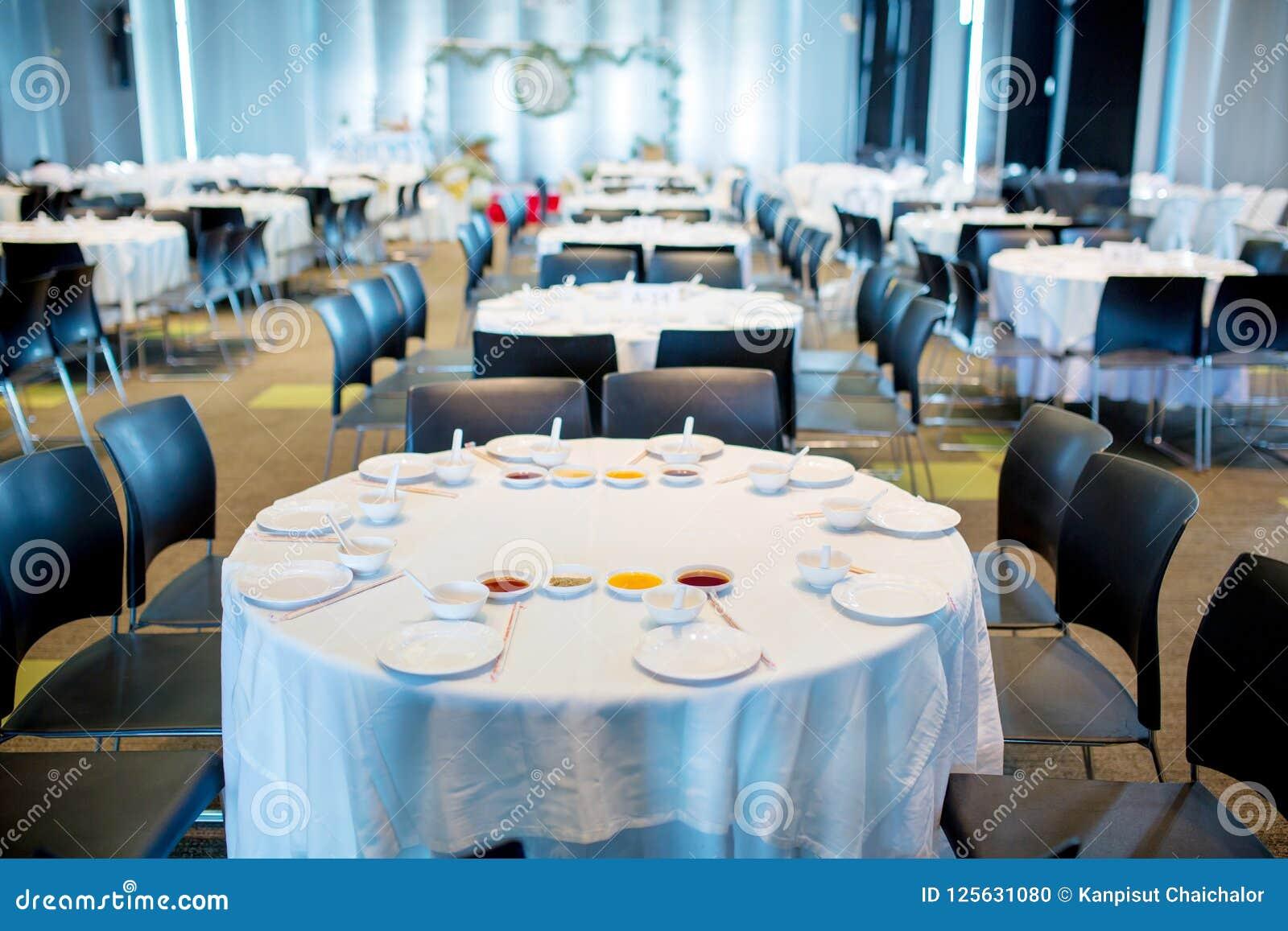 Tabellensatz, weiße Tabellenabnutzung für Hochzeit oder ein anderes versorgtes Ereignisabendessen,