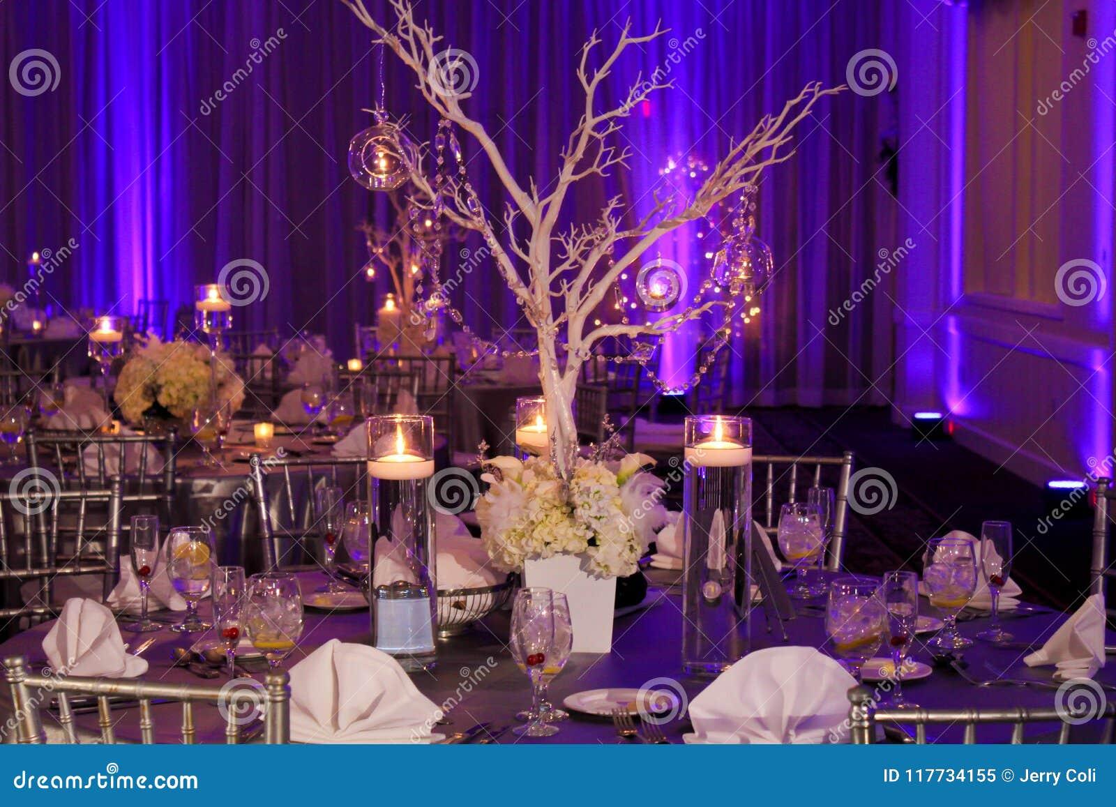 Tabellgarnering för ett vinterbröllop