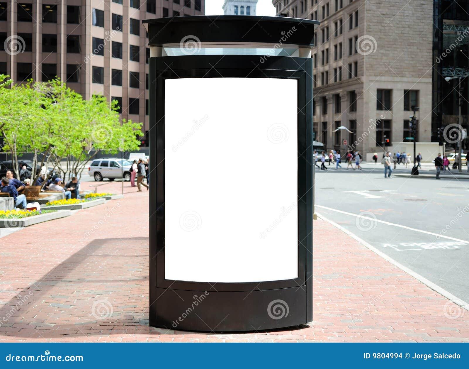 Tabellone per le affissioni della fermata dell autobus nella città