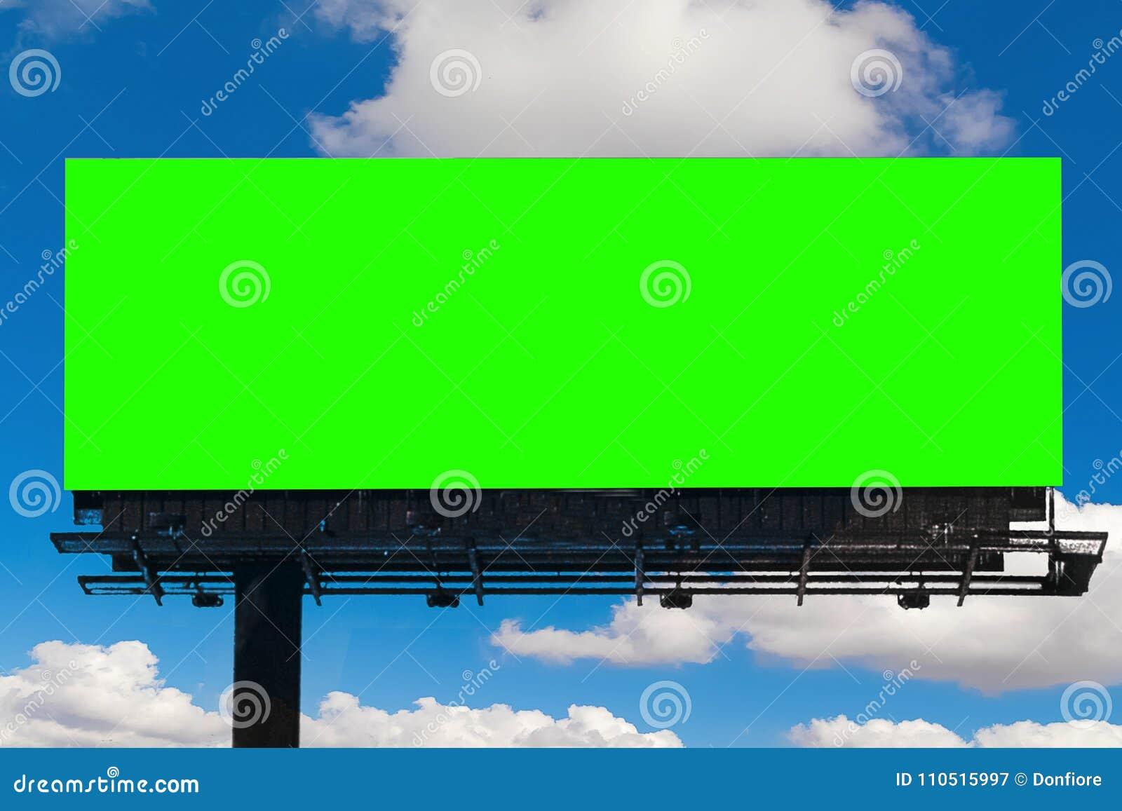 Tabellone per le affissioni vuoto con lo schermo di verde di chiave di intensità, su cielo blu con la c