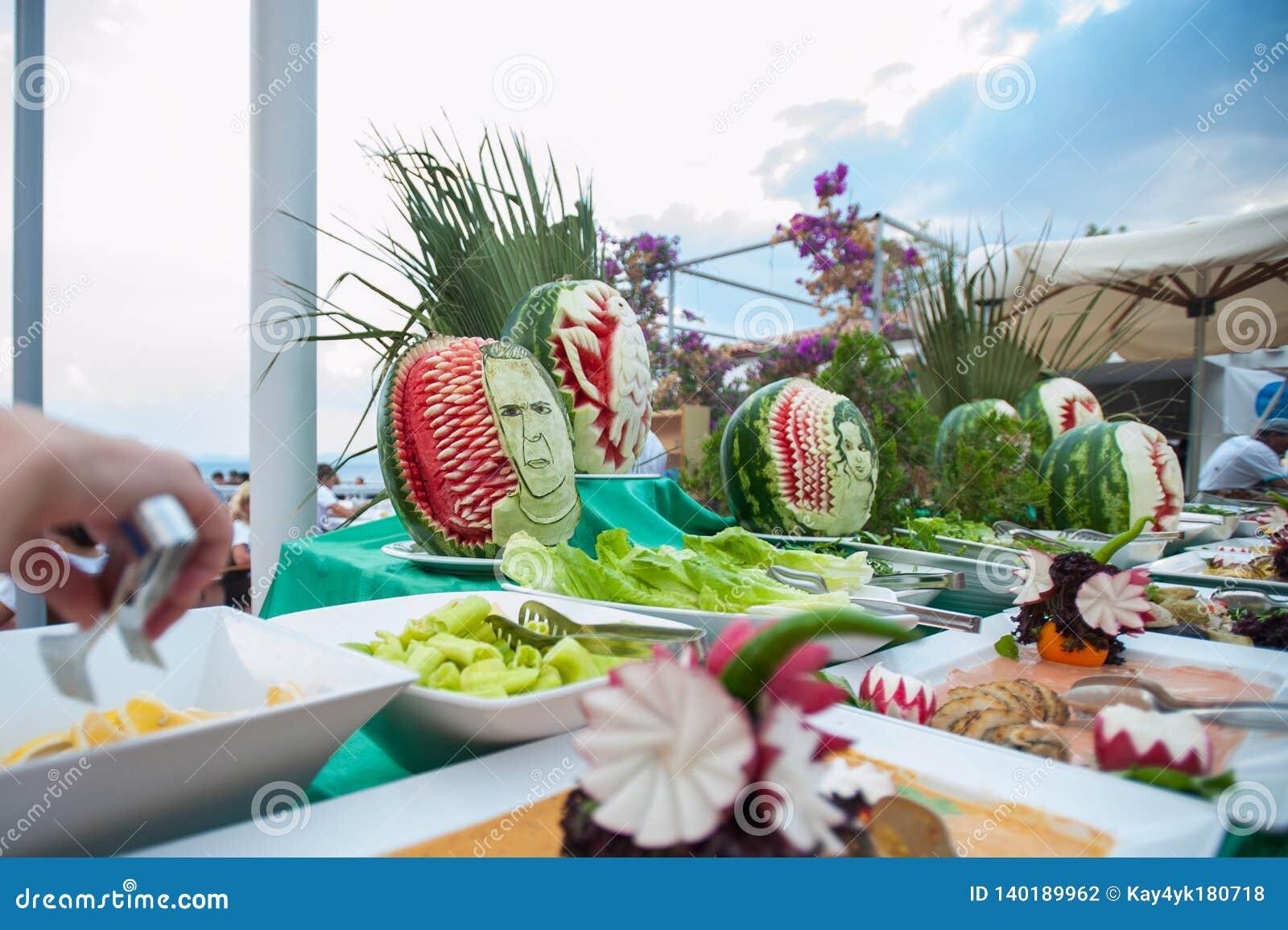 Tabla abierta de la fruta y verdura Tabla al aire libre para los visitantes