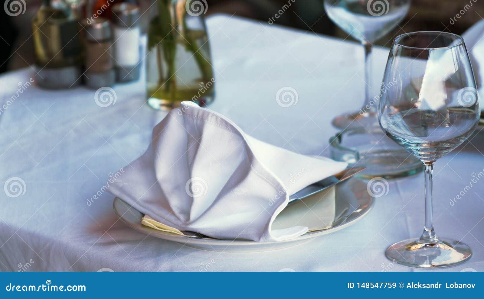 Tabla blanca en el restaurante