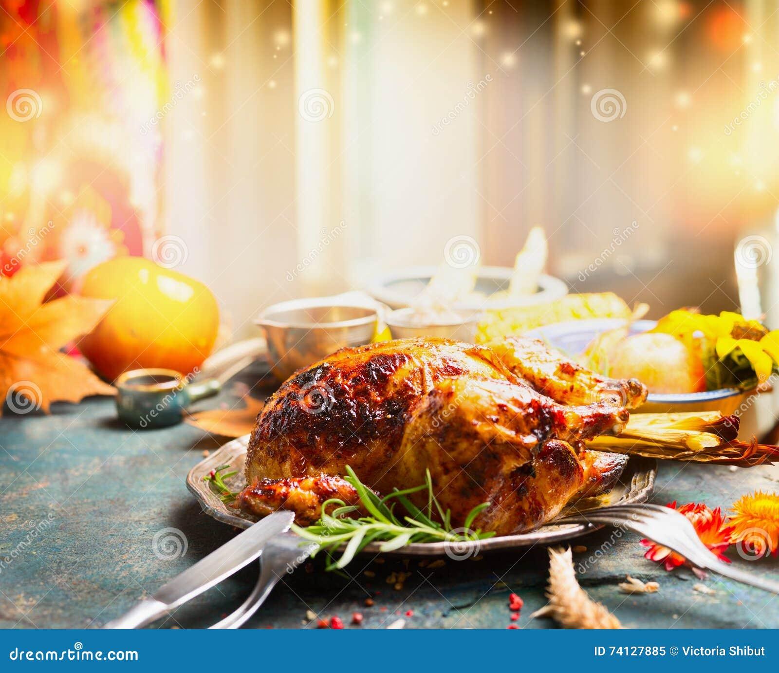 Tabla de cena del día de la acción de gracias con el pavo asado