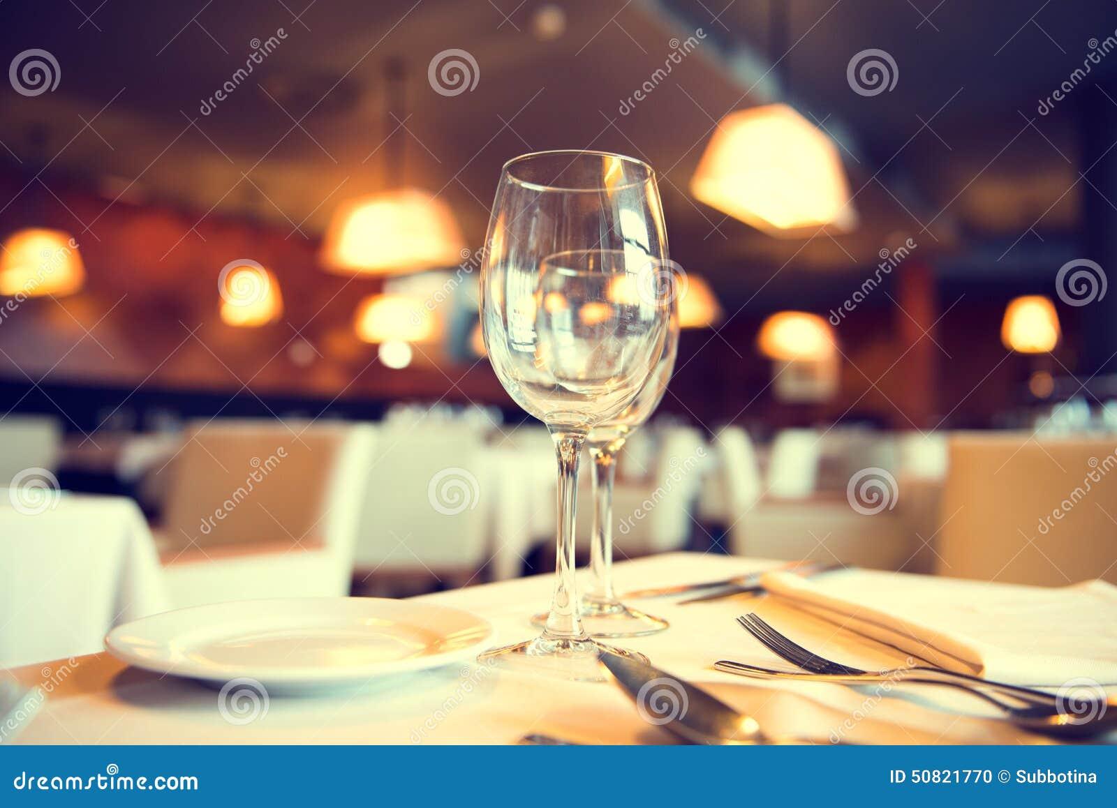 Tabla de cena servida en un restaurante