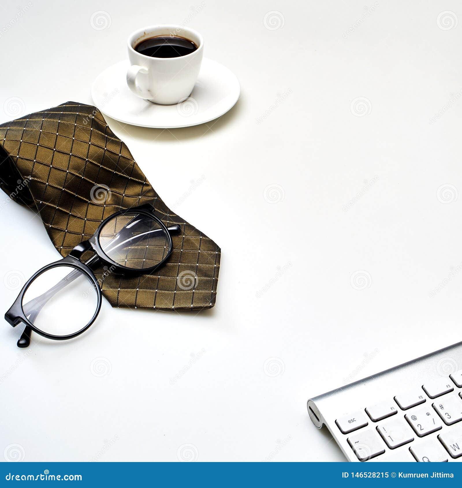 Tabla de escritorio de la oficina blanca moderna con una taza de café