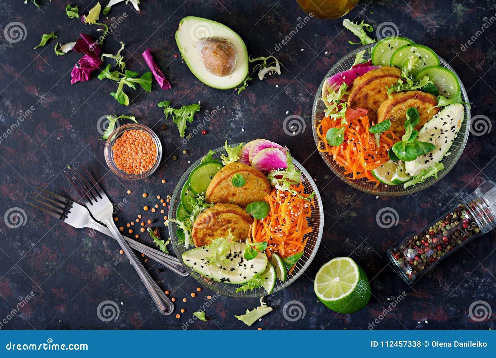 Tabla de la comida de la cena del cuenco de Buda del vegano Alimento sano Cuenco sano del almuerzo del vegano Buñuelo con las len