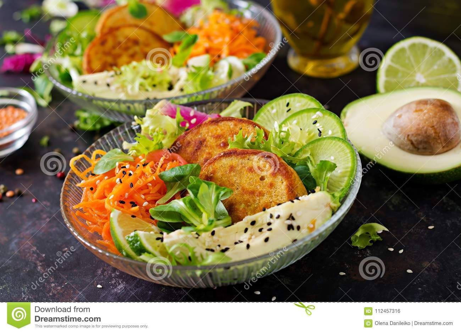 Tabla de la comida de la cena del cuenco de Buda del vegano Cuenco sano del almuerzo del vegano Buñuelo con las lentejas y el ráb
