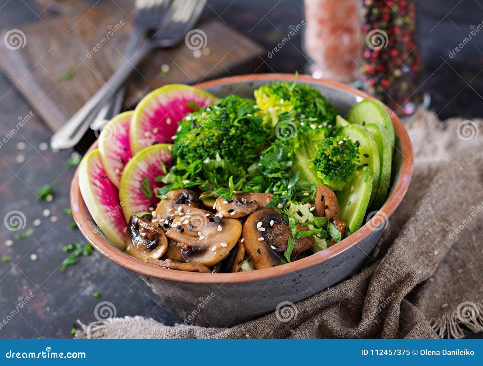 Tabla de la comida de la cena del cuenco de Buda del vegano Cuenco sano del almuerzo del vegano Setas asadas a la parrilla, brócu