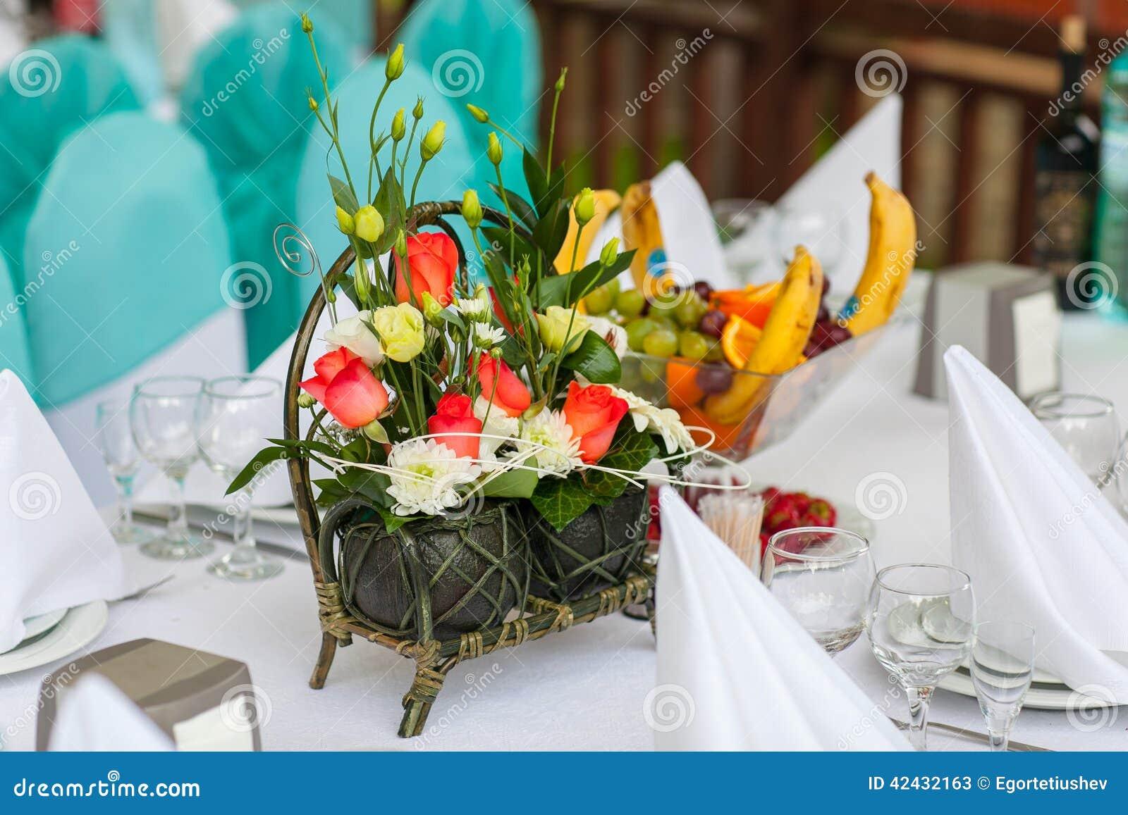 Tabla de la decoración con una cesta de flores